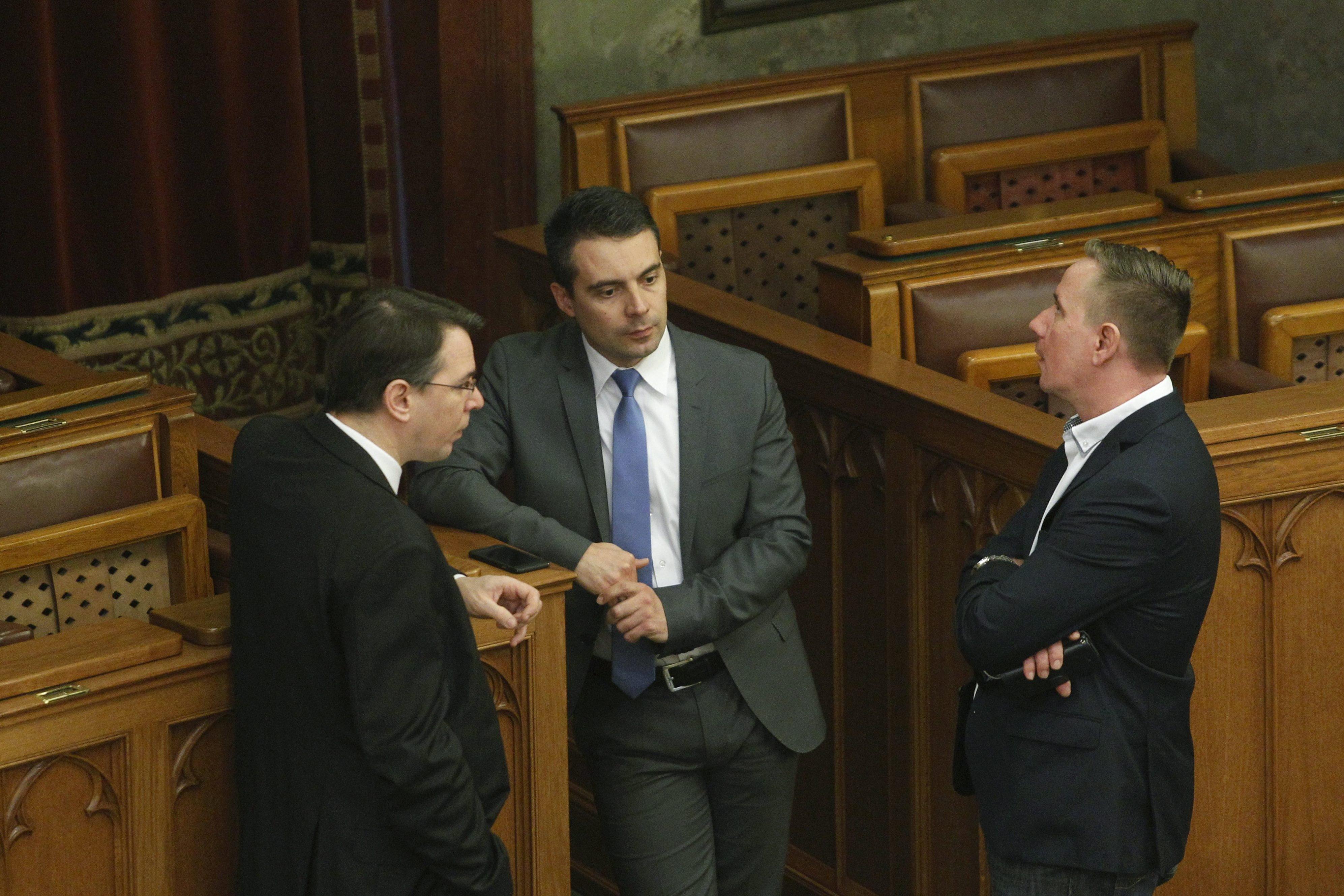 Aláírja a Jobbik az LMP beadványát: Alkotmánybíróság elé kerül a lex CEU