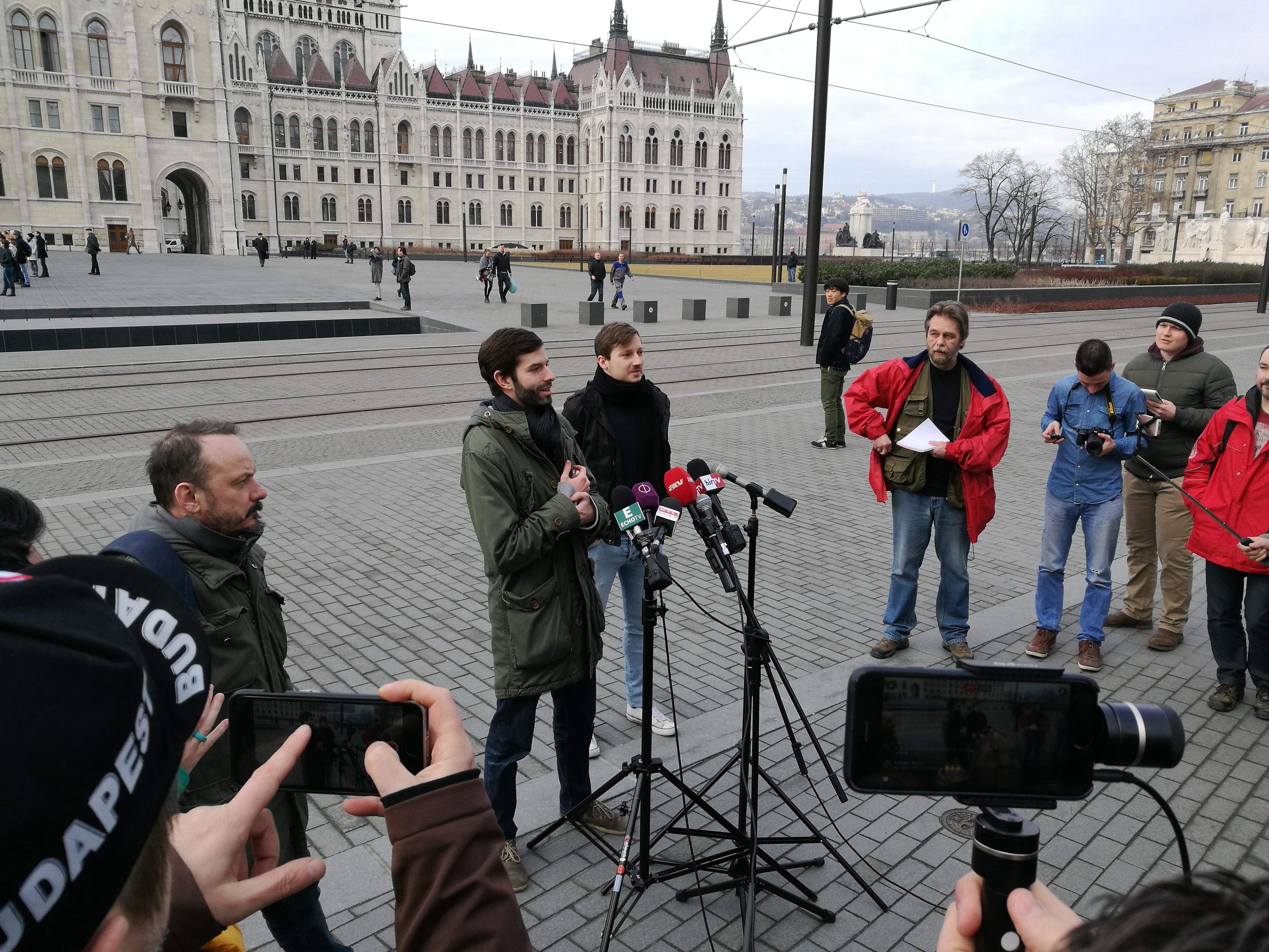 Momentum: A kormány hozza nyilvánosságra az ügynökaktákat