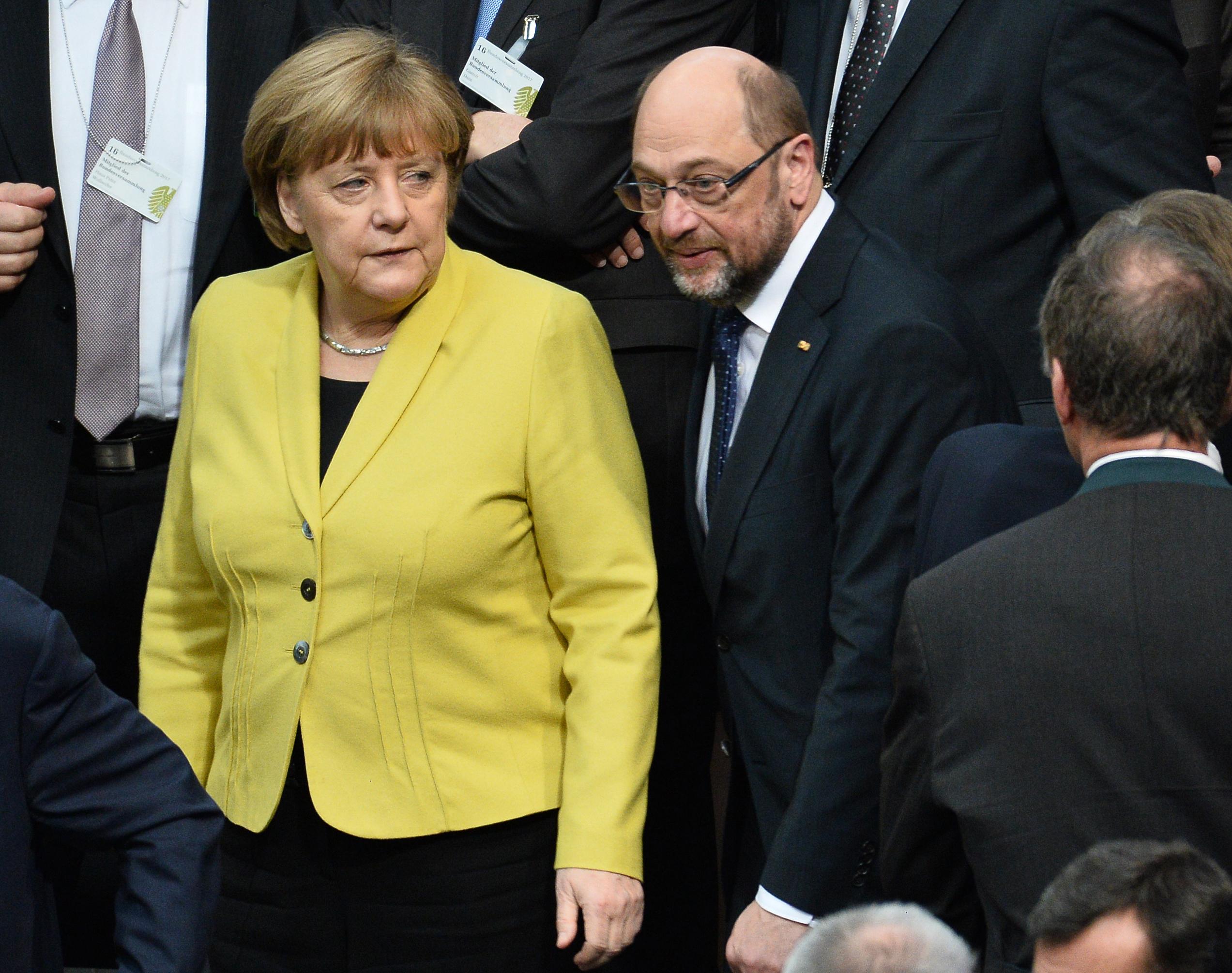Fej fej mellett Merkel és Schulz pártjai