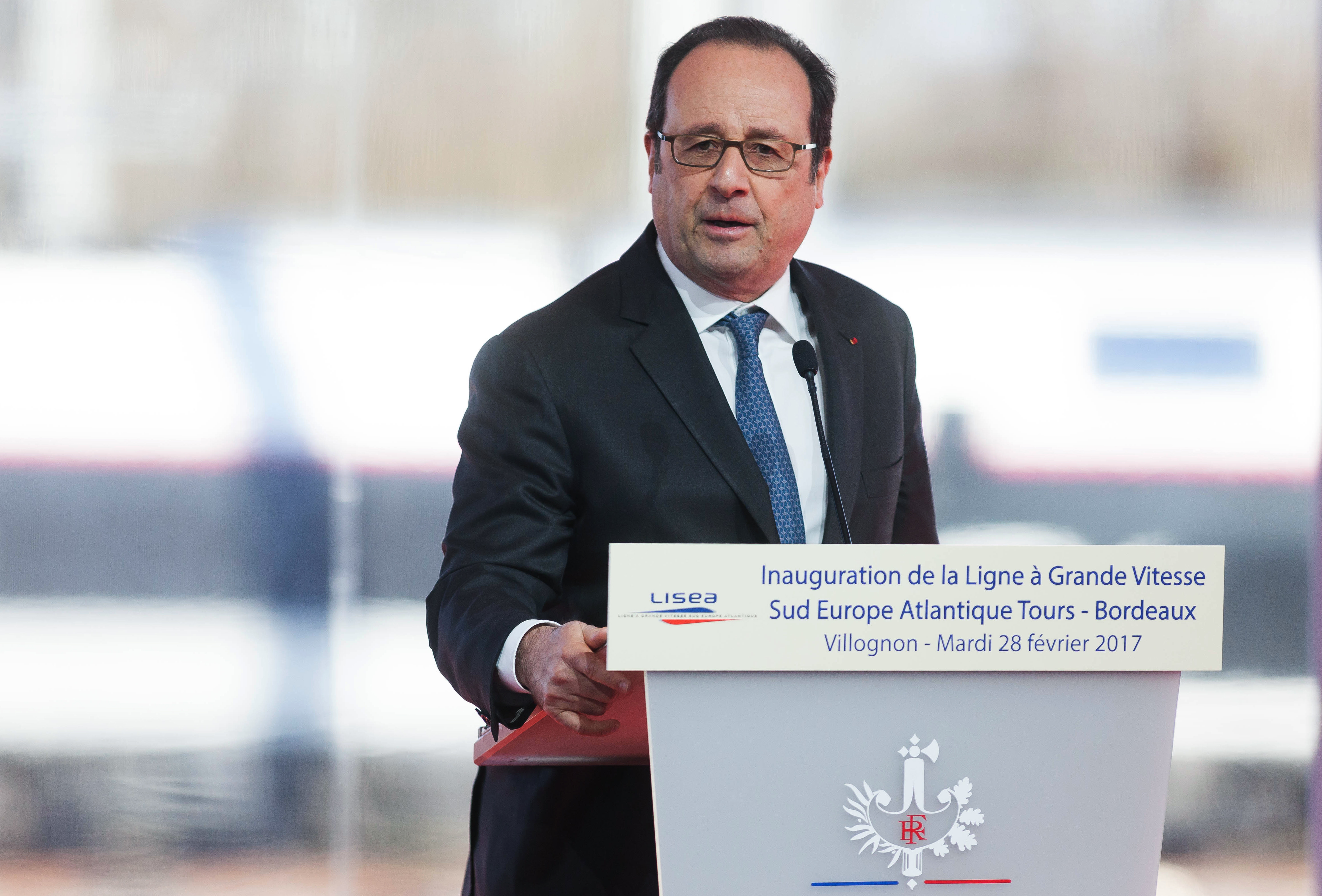 Hollande elnök beszéde közben véletlenül meglőtt két embert a rendőrség mesterlövésze