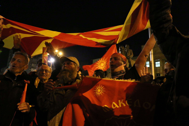 Két hónapos káosz után épp sikerült volna kormányt alakítani Macedóniában, de aztán az utcára vonultak a kulturális homogenitást féltő tüntetők