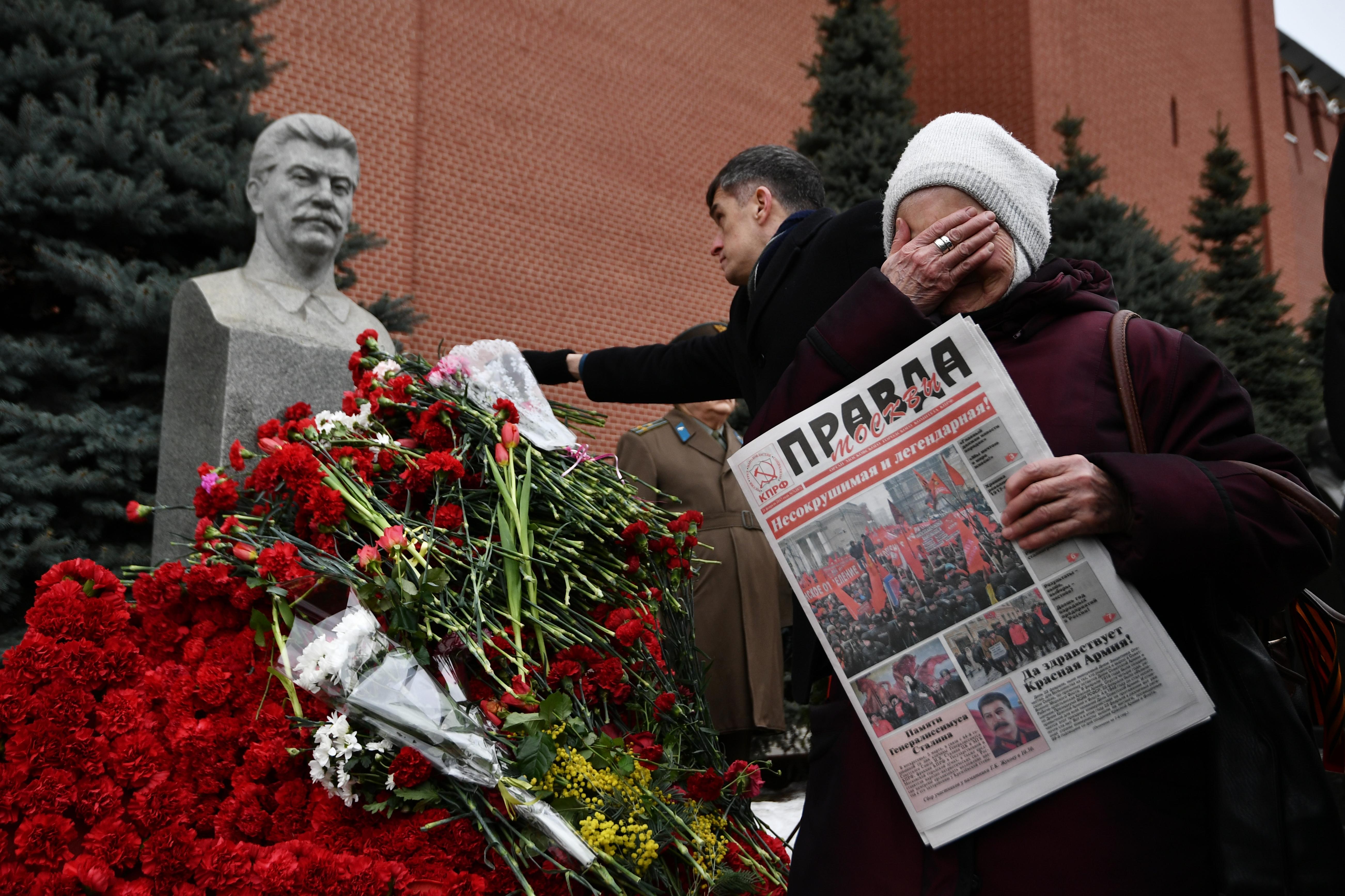 Virágokkal borították el Sztálin síremlékét Moszkvában a diktátor halálának évfordulóján