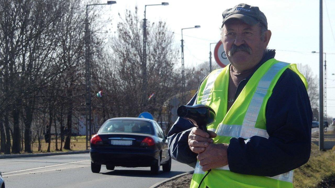 Hajszárítóval lassítják a forgalmat az életveszélyes úton már Magyarországon is