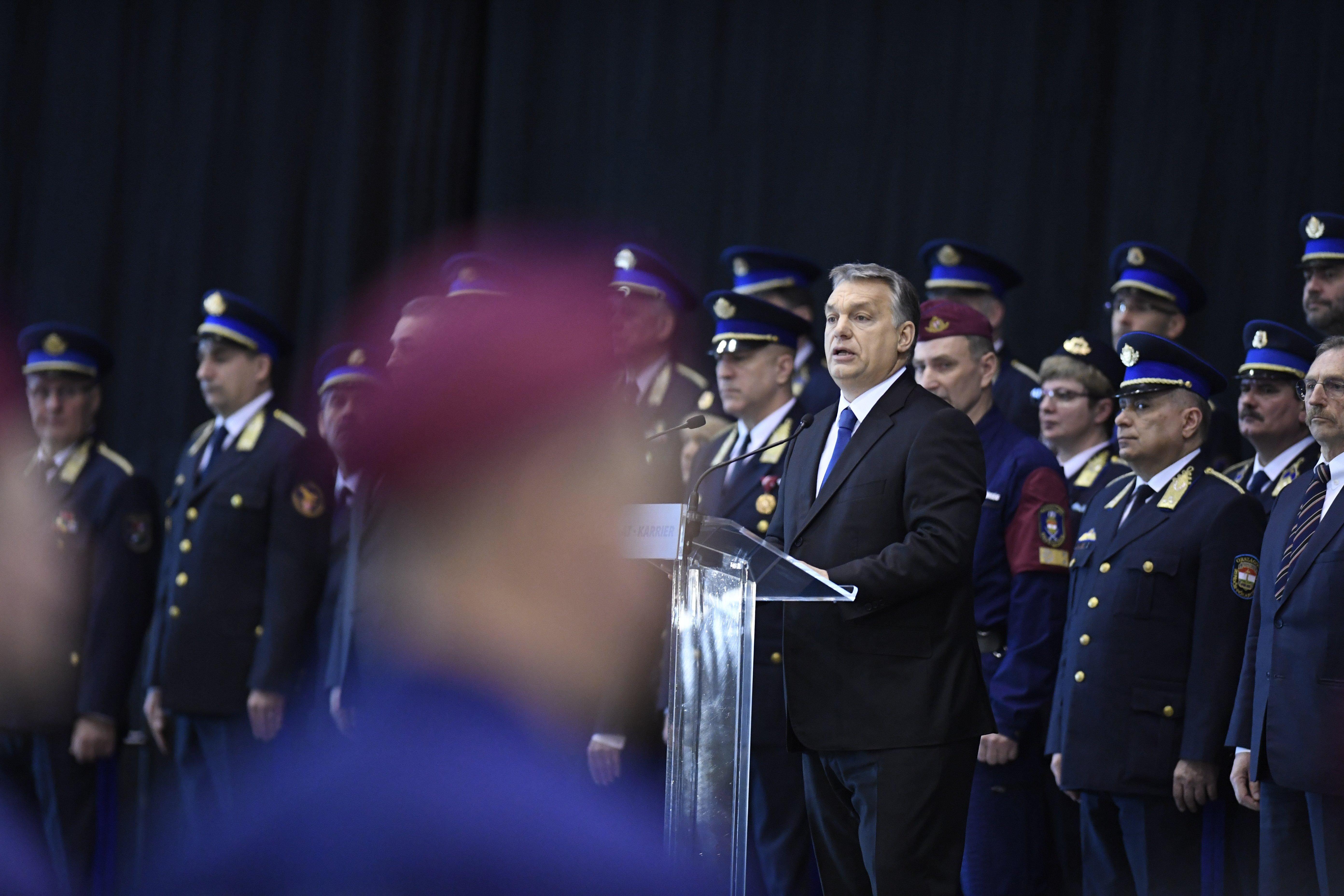 Orbán: A migránsokra is vonatkoznak a törvények, ezen nem segít semmilyen emberi jogi, szépelgő handabanda