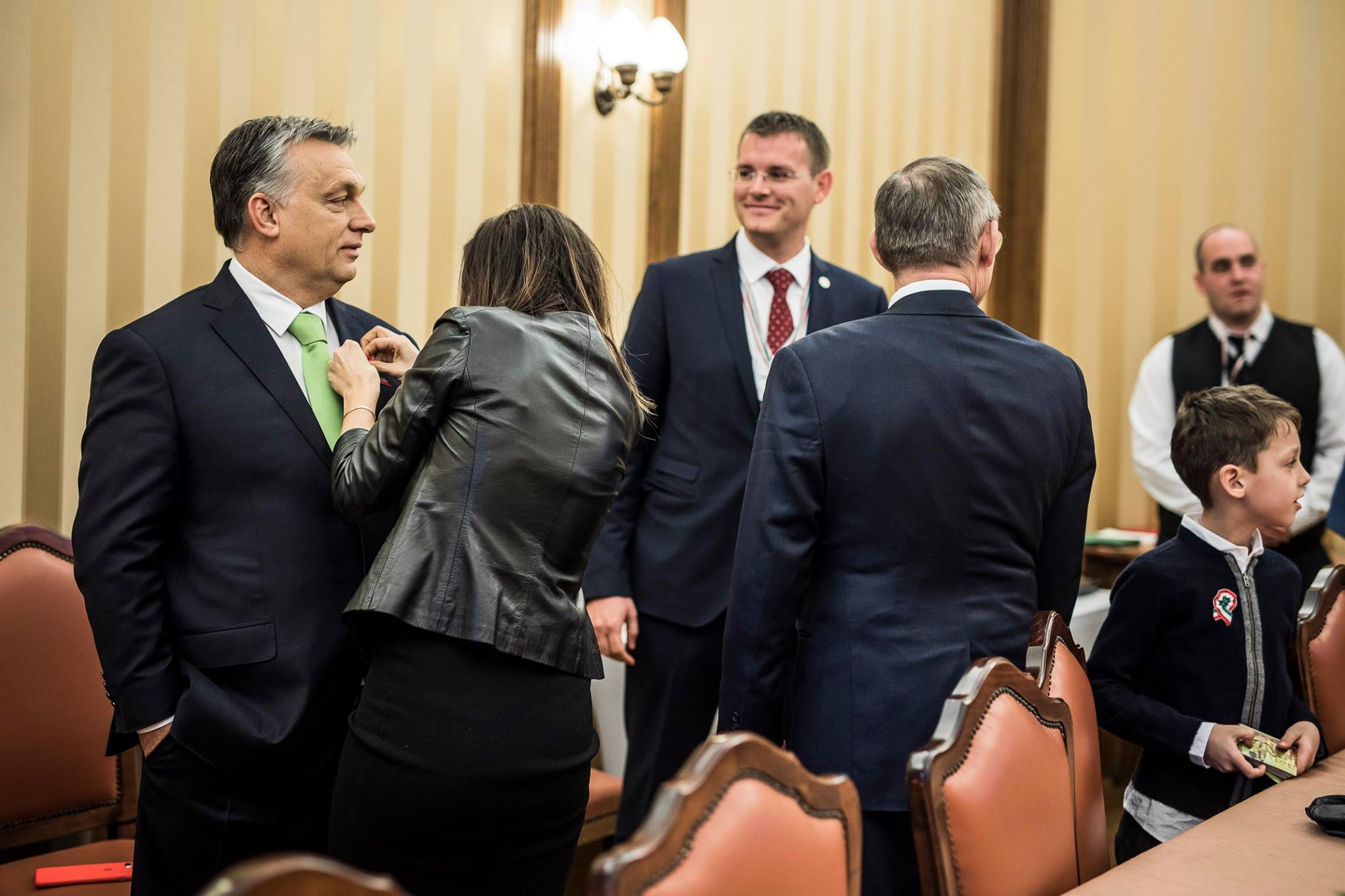 Nem más, mint Rogán Cecília stylingolta meg Orbán Viktor kokárdáját