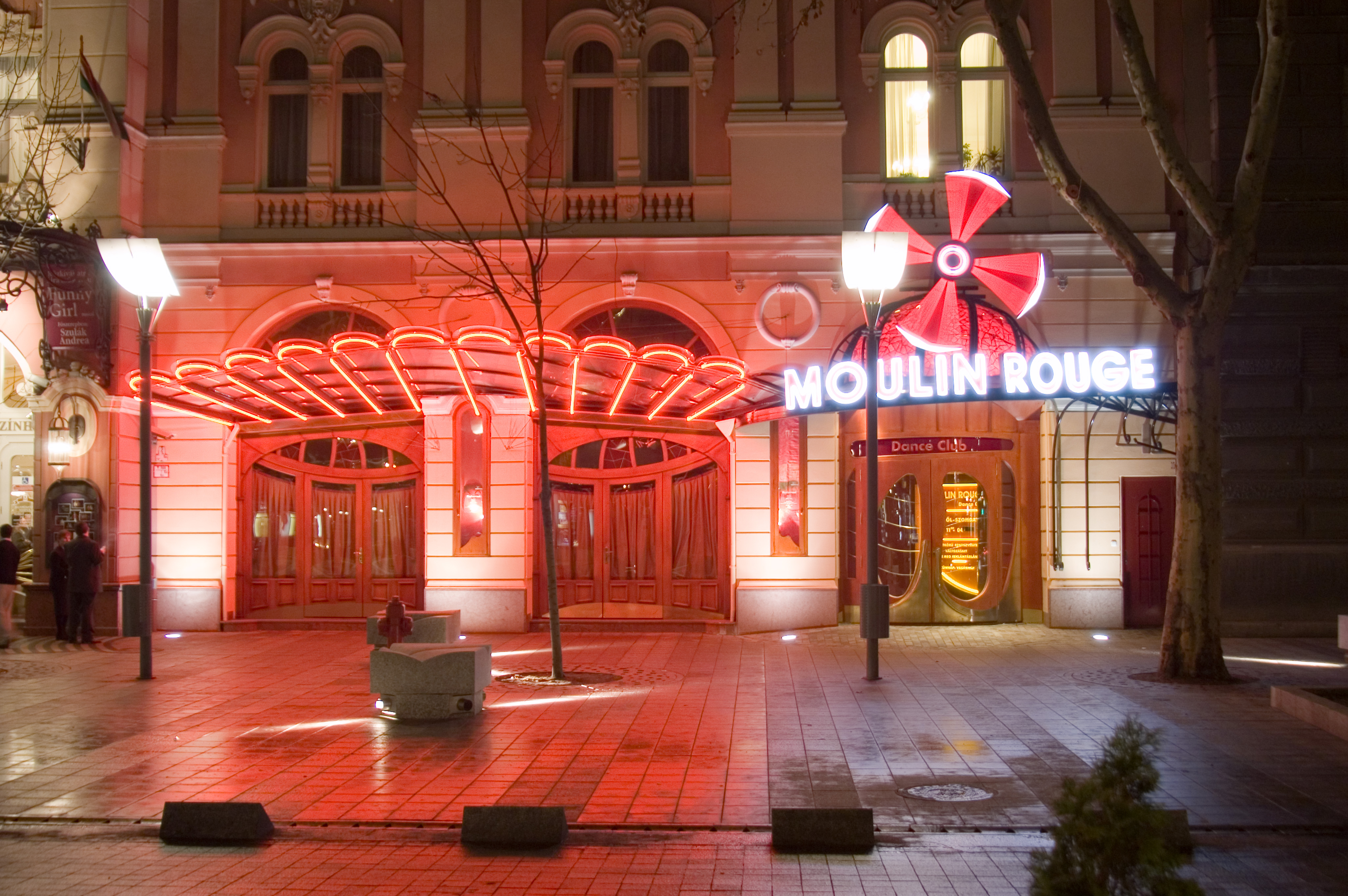Az Operettszínház foglalja el a Moulin Rouge-t