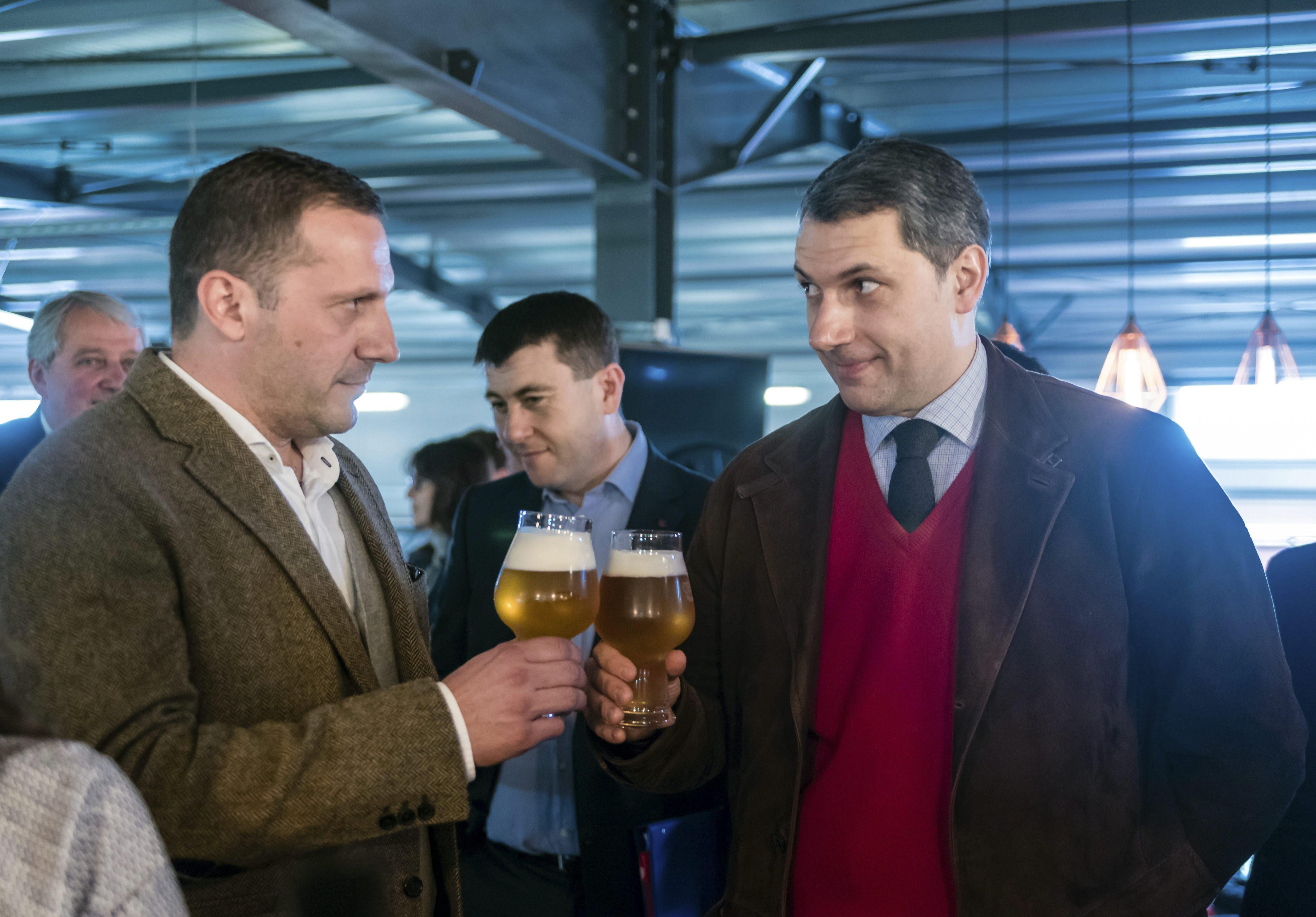 Lázár János a Csíki Manufaktúráig utazott, hogy megigya élete második pohár sörét