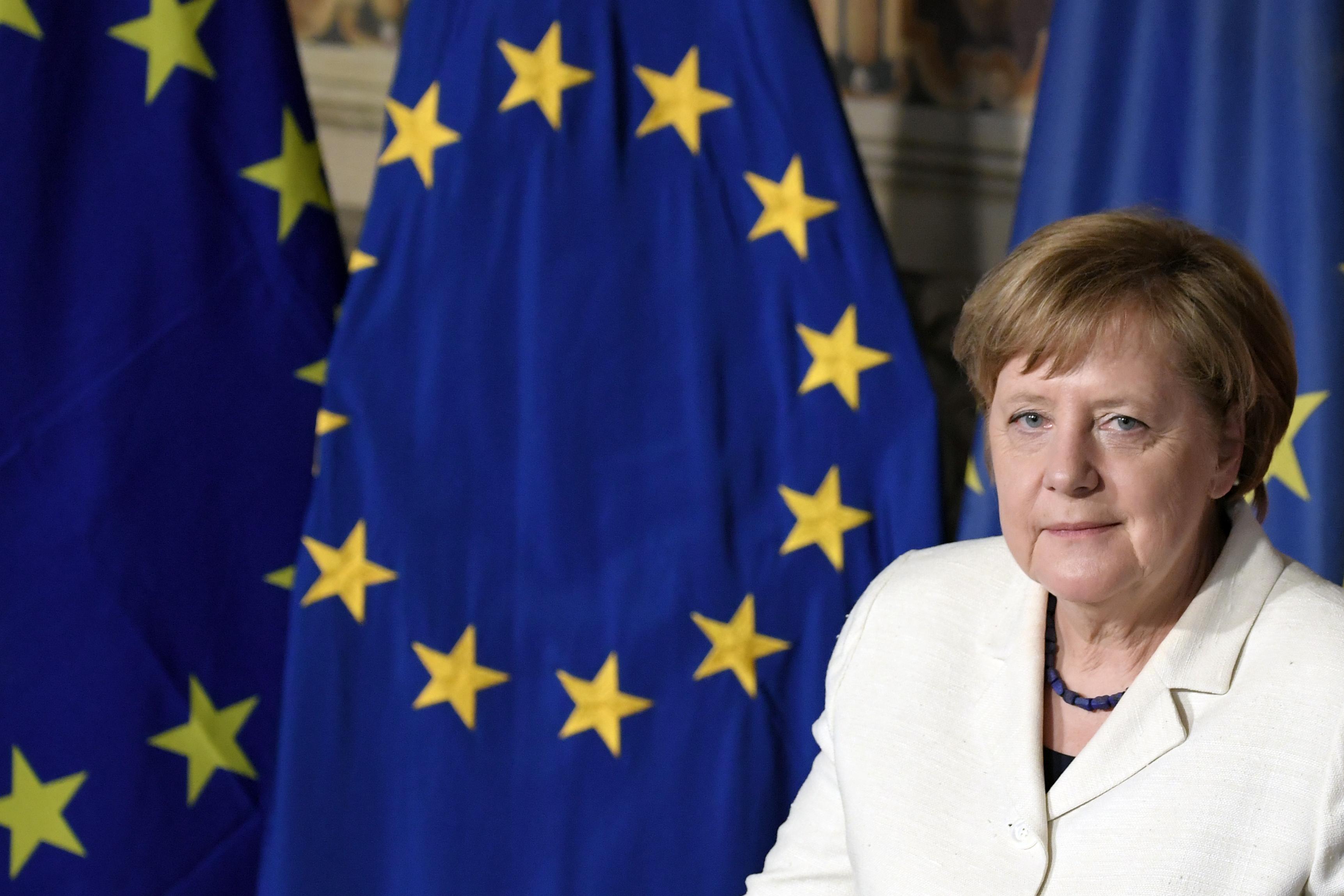 Merkel és Hollande szerint az EU-n belüli integráció a legjobb megoldás