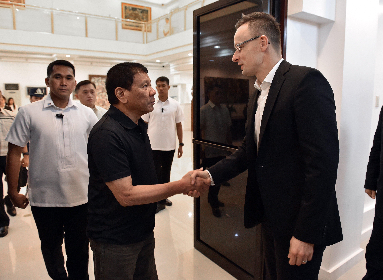 Rodrigo Duterte meghívta a vele szemben kritikus EU-s vezetőket, hogy végigpofozhassa őket
