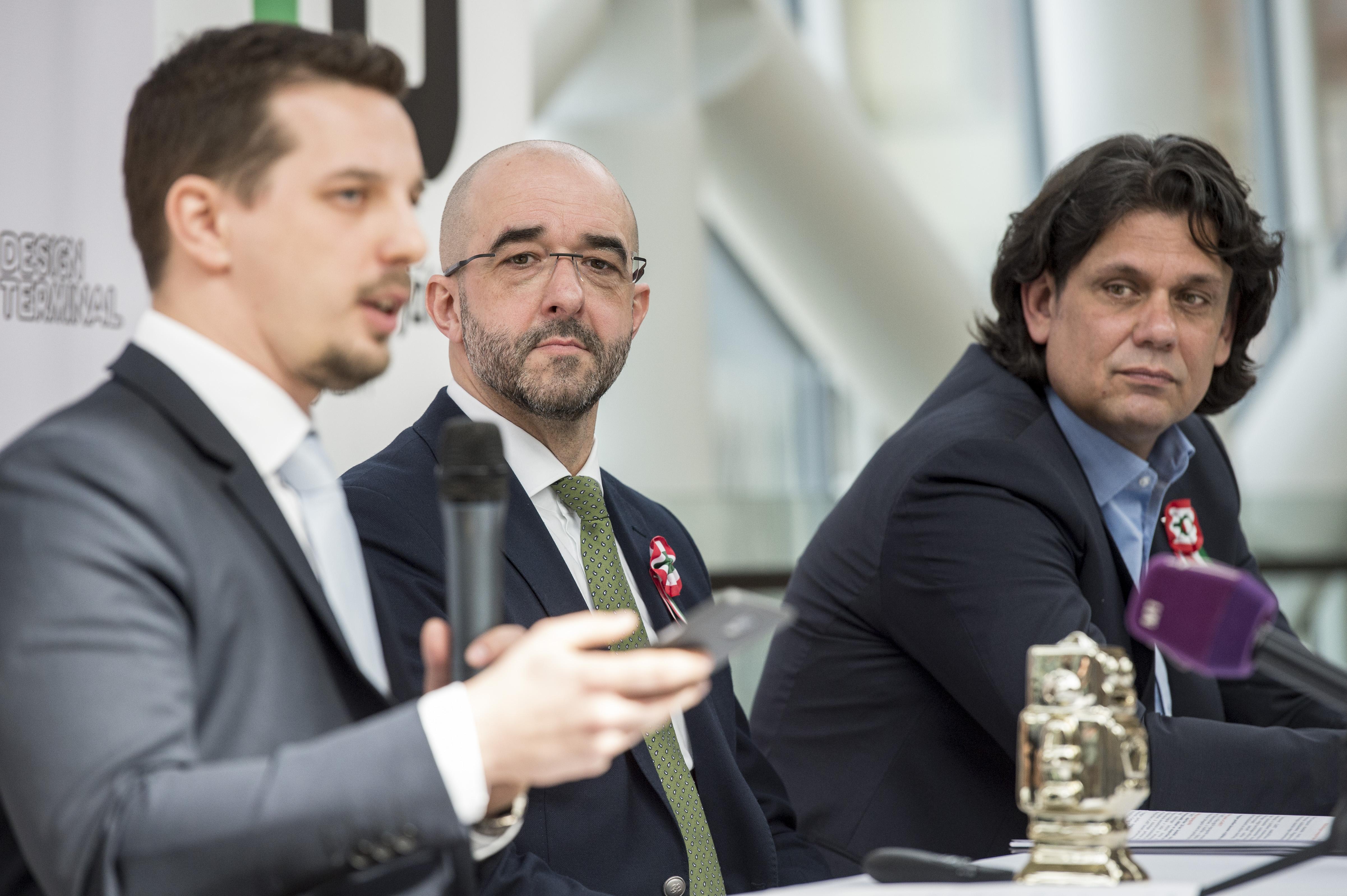 Kovács Zoltán és Deutsch Tamás két hete még büszkén feszített egy végzett CEU-s mellett, amiért képviseli Magyarországot a CeBIT-en