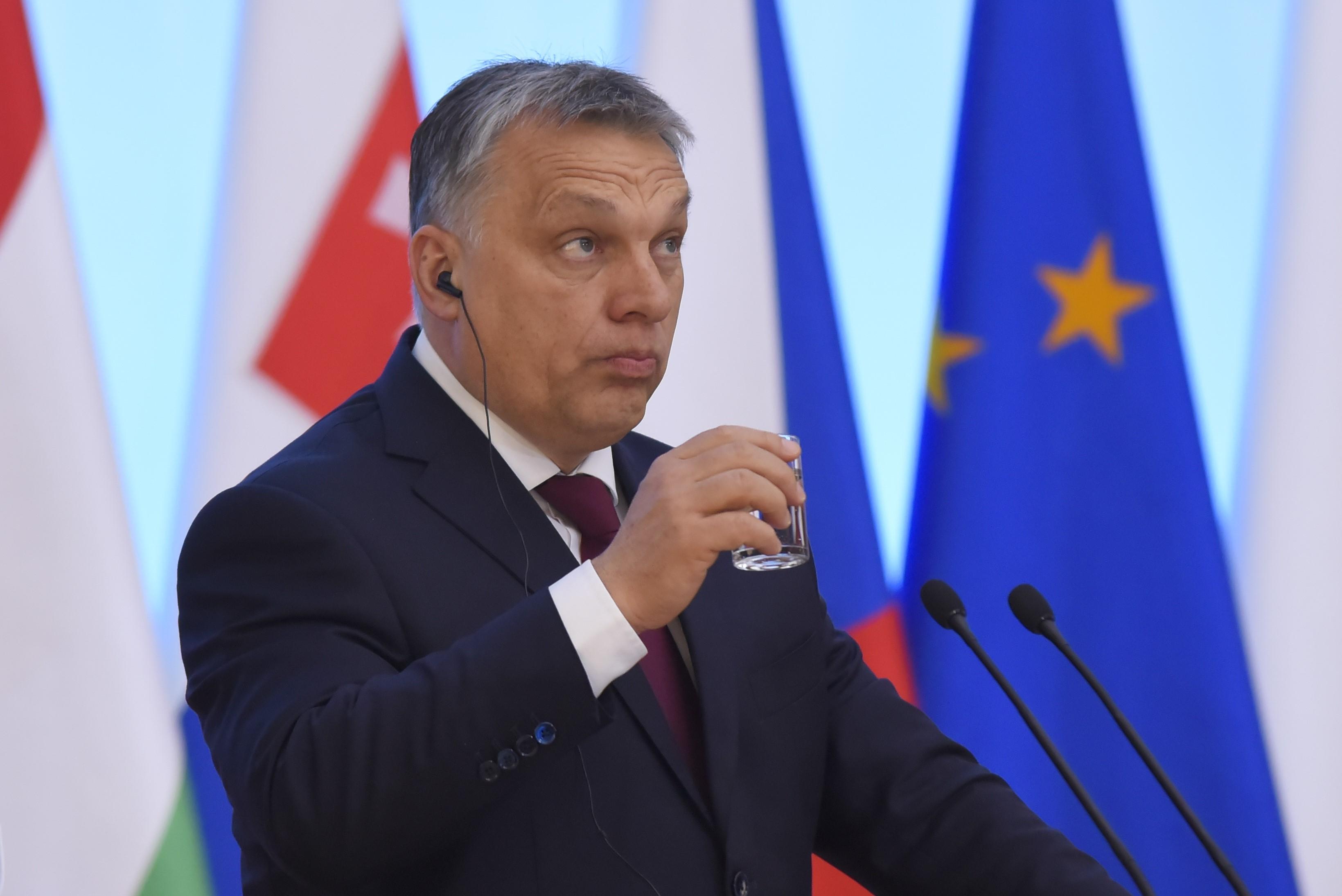 Orbán megírta a Néppárt frakcióvezetőjének: nem igaz, hogy a kormány egyetemet zárat be, és egyébként is Soros