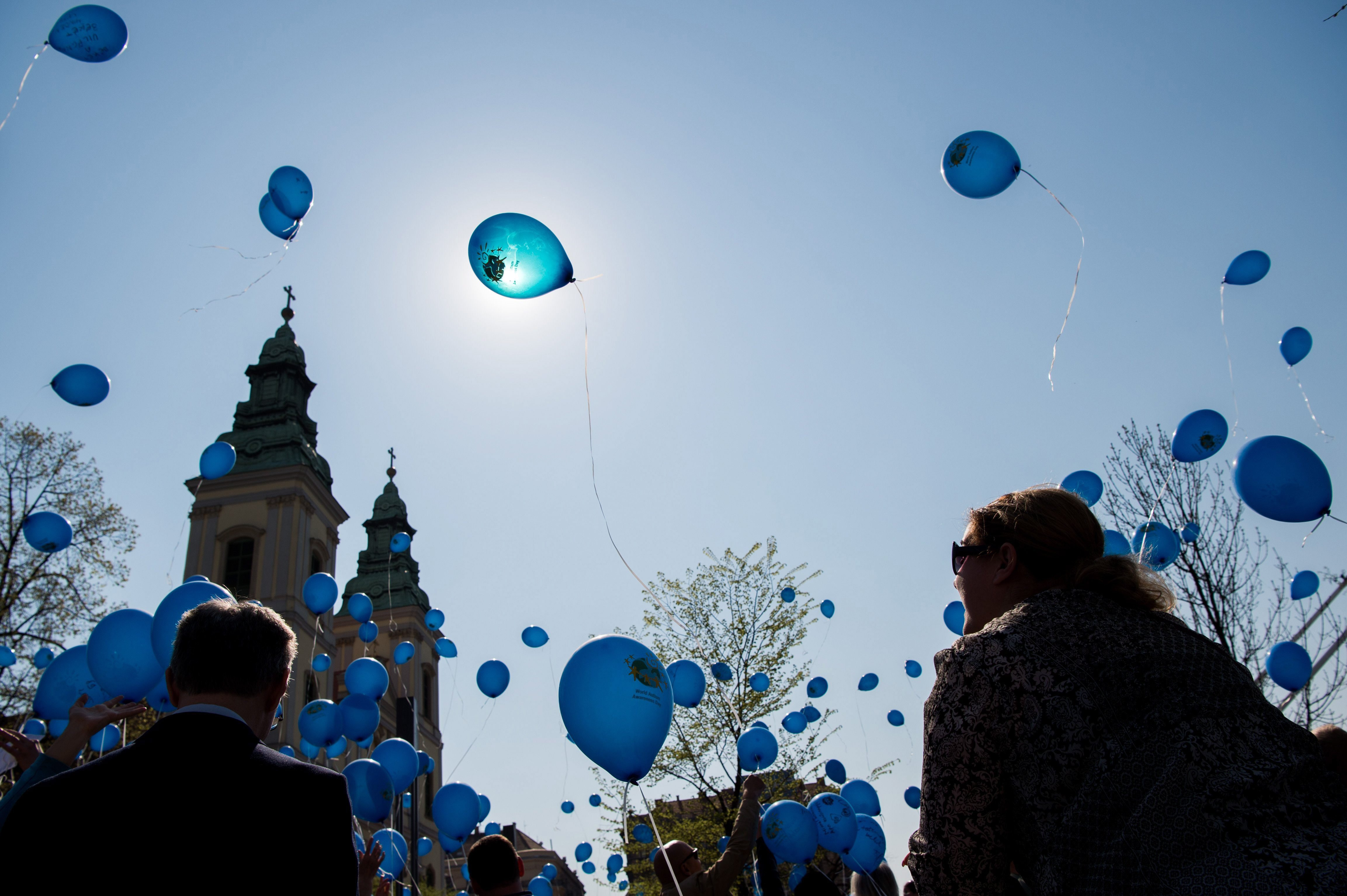 Kék léggömbök szálltak a magasba az egész országban az autizmus világnapján