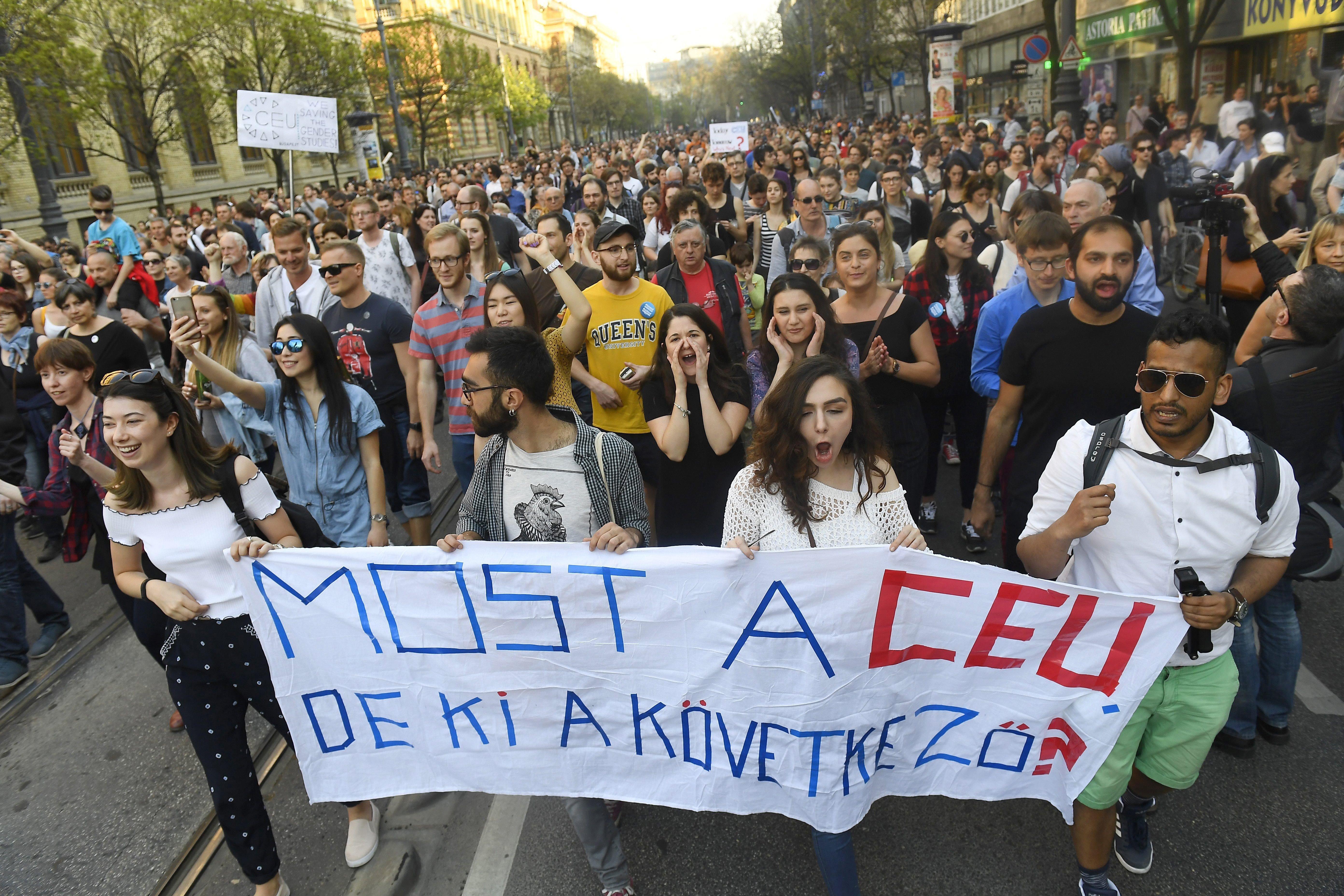 Vasárnap tüntetés lesz, hogy Áder János ne írja alá a CEU-ellenes törvényt