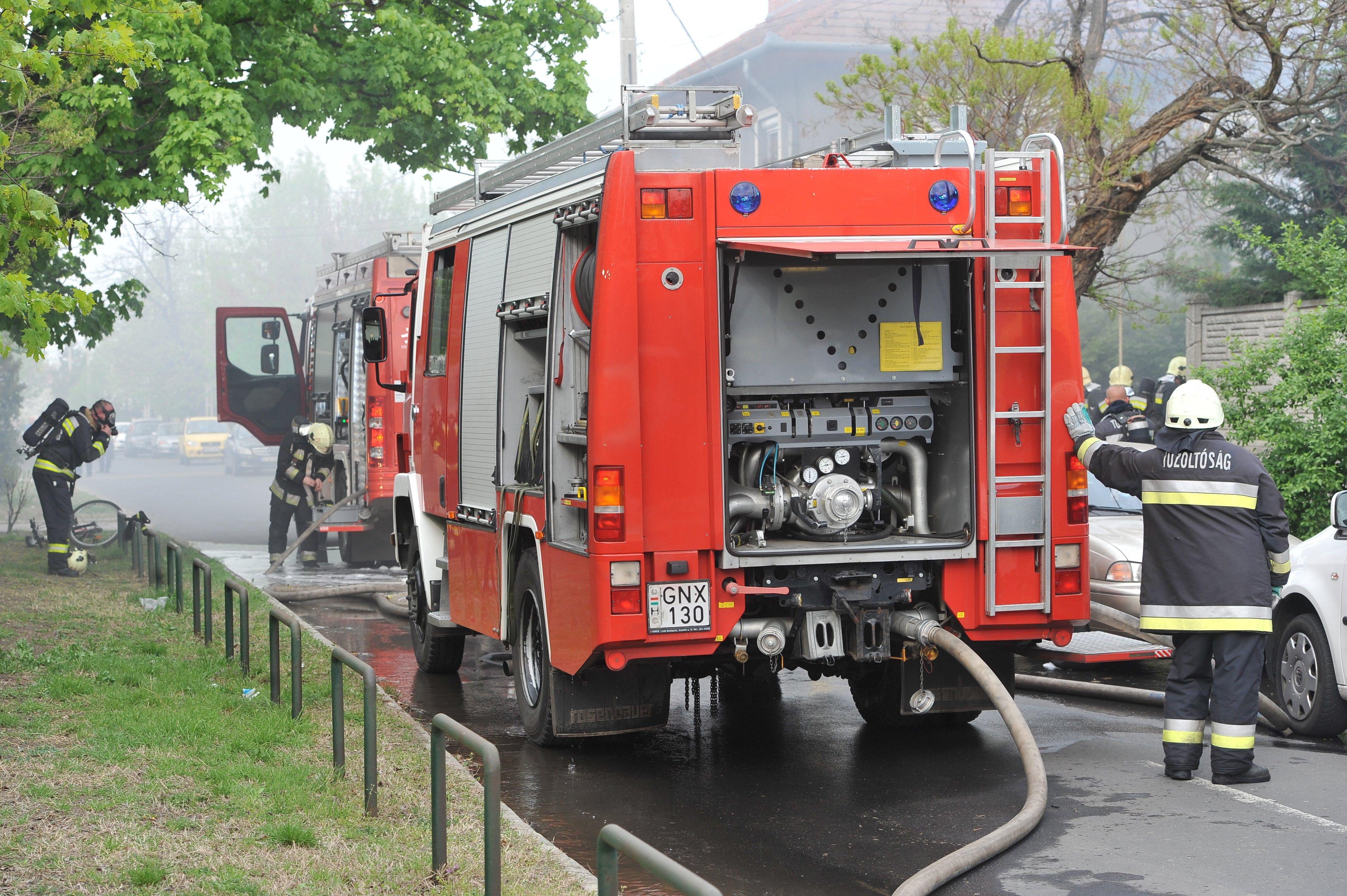 Rossz ruha miatt égett meg két tűzoltó Szabolcsban