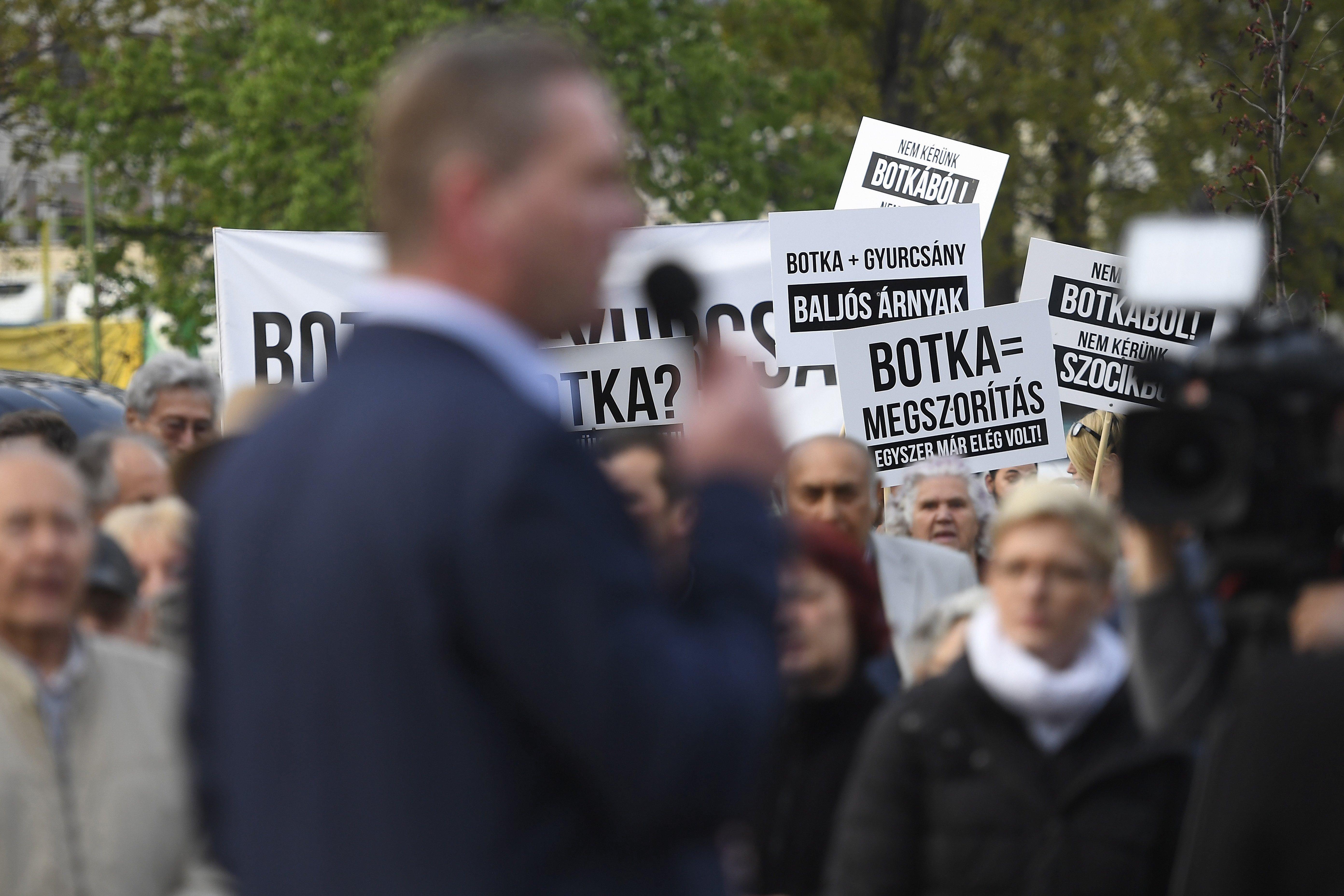 Heti Válasz: három eset, mikor a Fidesz MSZP-közeli zsebekbe tömköd százmilliókat
