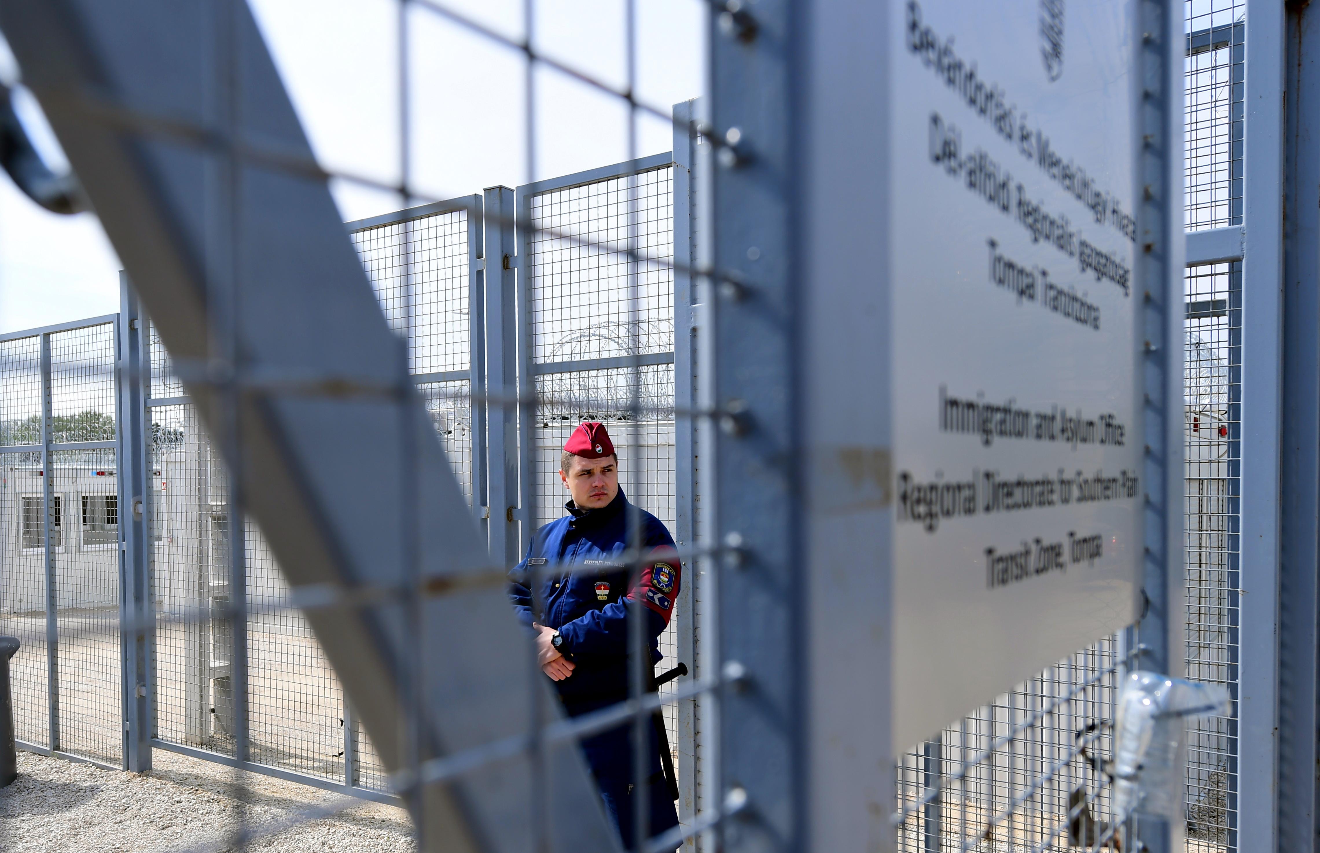 Európai Bíróság: Jogellenesen tartják fogva a menedékkérőket a tranzitzónákban
