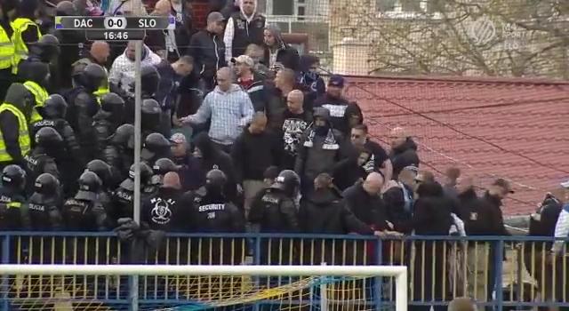 Negyedóra sem telt a meccsből, már a rohamrendőröknek kellett rendet rakni lelátón a Dunaszerdahely-Slovan találkozón