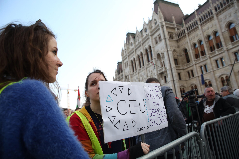 A CEU felfüggeszti a menekülteknek kínált oktatási programját az új törvények miatt