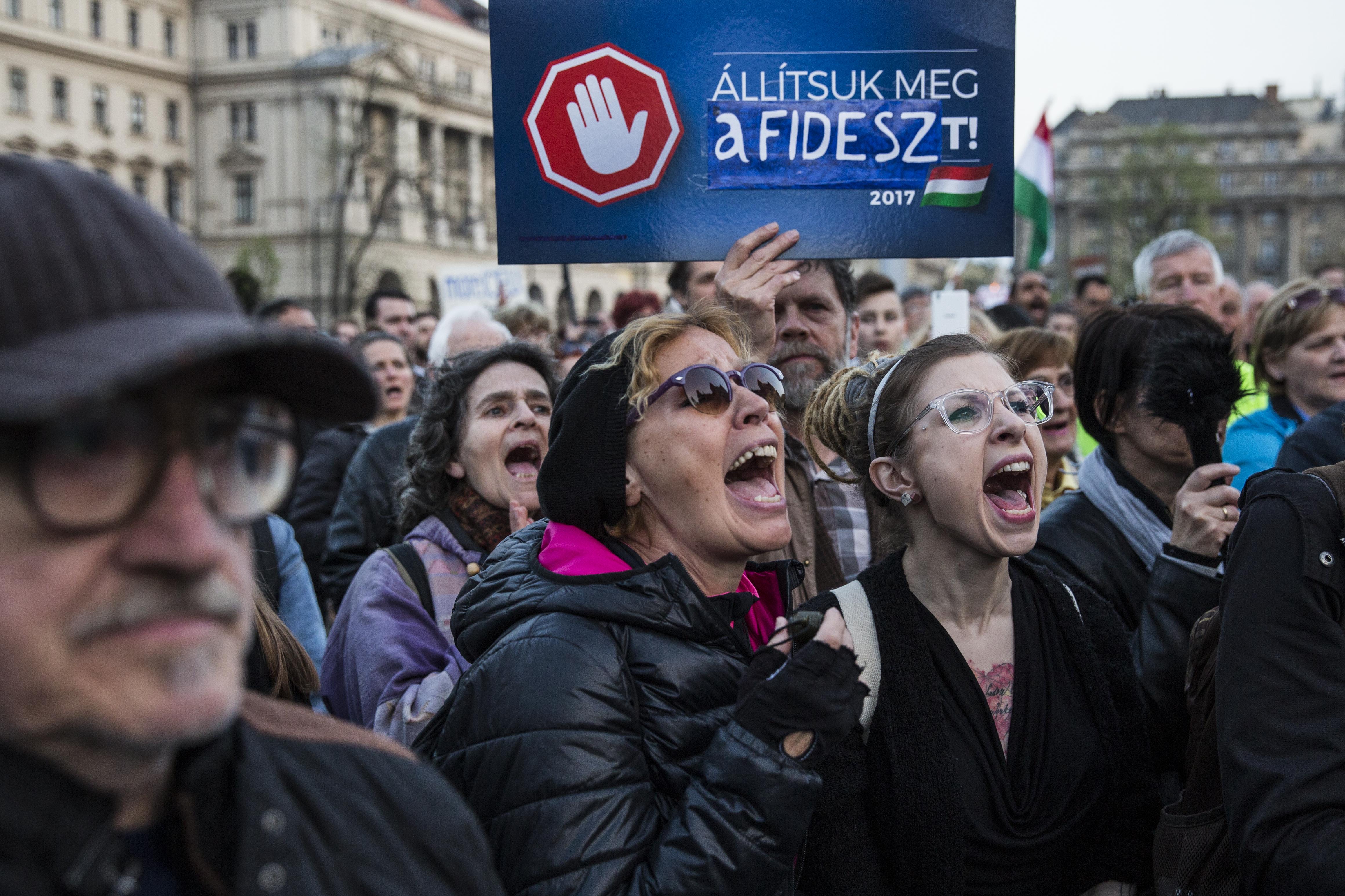 Folytatják a tiltakozást, szerdára újabb tüntetésre hívnak a CEU-ért