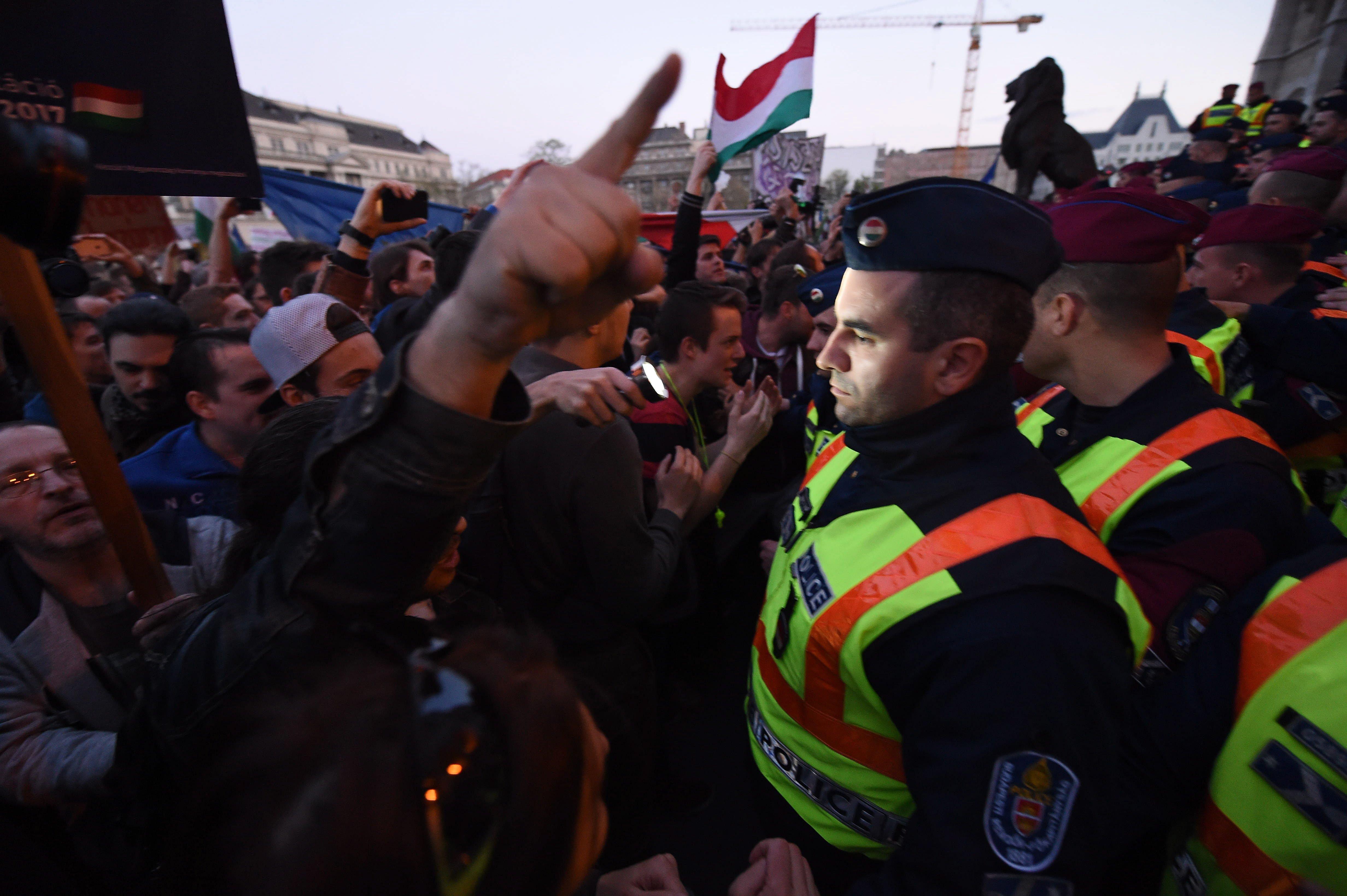 Felfüggesztett börtönt kapott a rendőrt arcon ütő tüntető