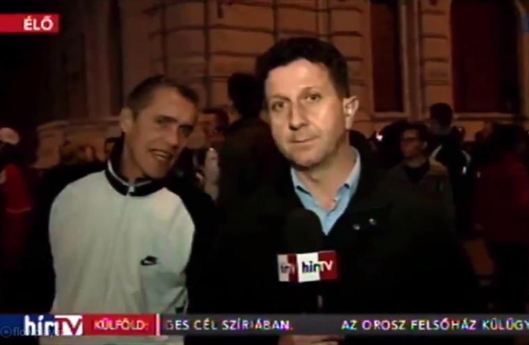 A dülöngélő tüntető, aki odalépett a Hír Tv élő kapcsolásába, és pont a Hír Tv tulajdonosát idézte meg