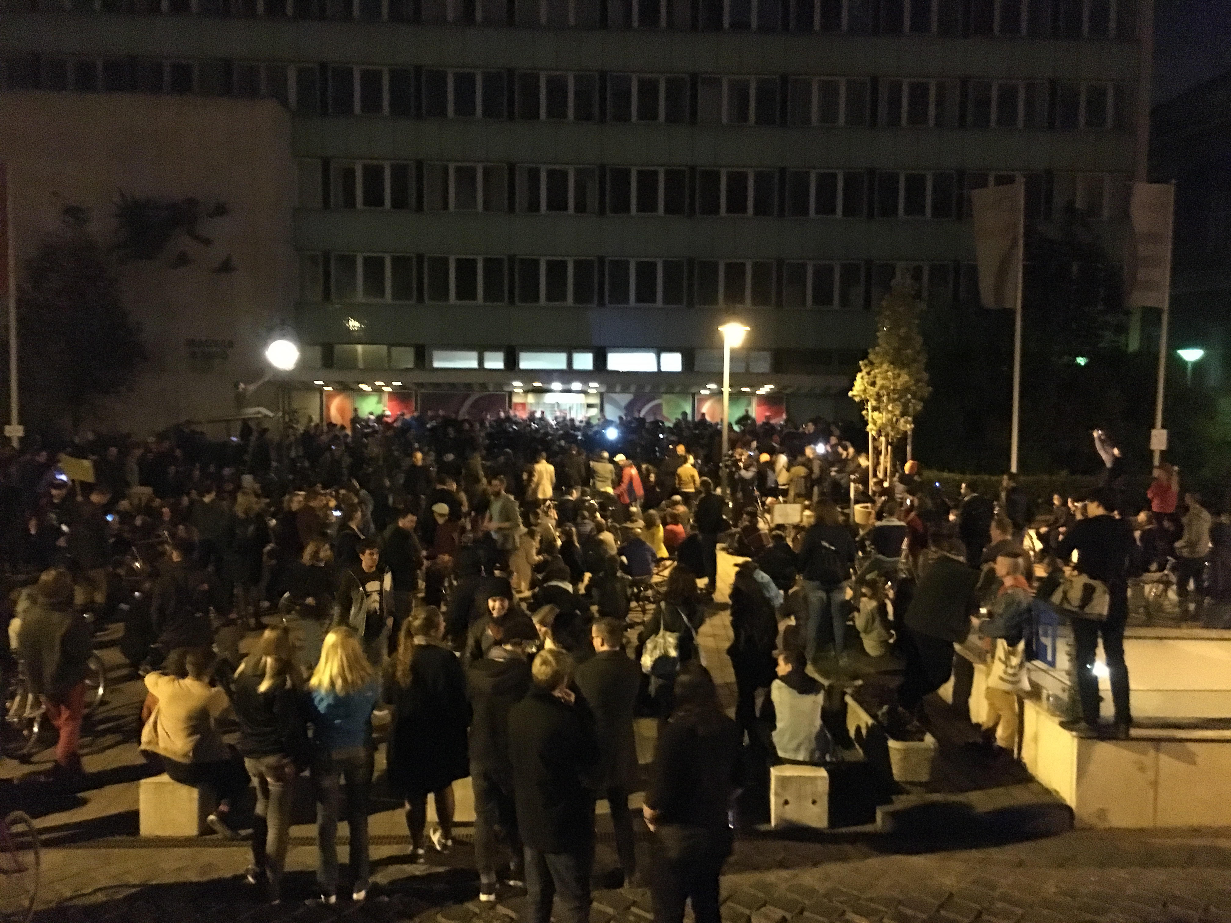 A Sándor-palotától a régi, belvárosi rádiószékházhoz vonultak a tüntetők