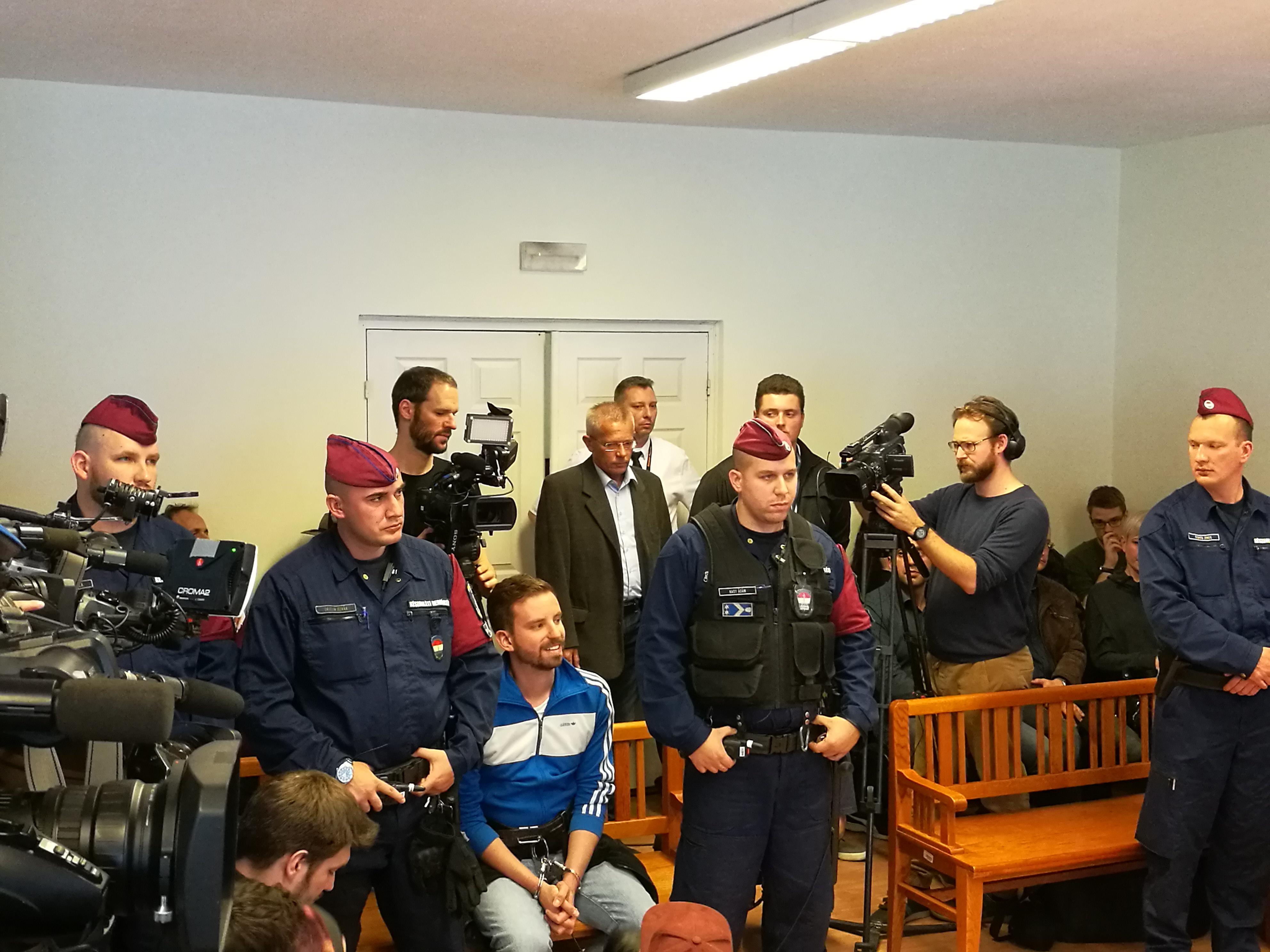 Az ügyészség felfüggesztett börtönbüntetést kér a festéket dobáló Gulyás Mártonékra