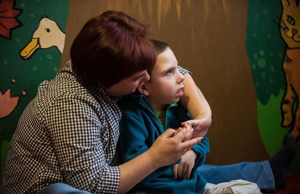 Bocsánatot kért a kormányhivatal Andreától, aki a kisfia kerekesszékének rögzítésére kért támogatást