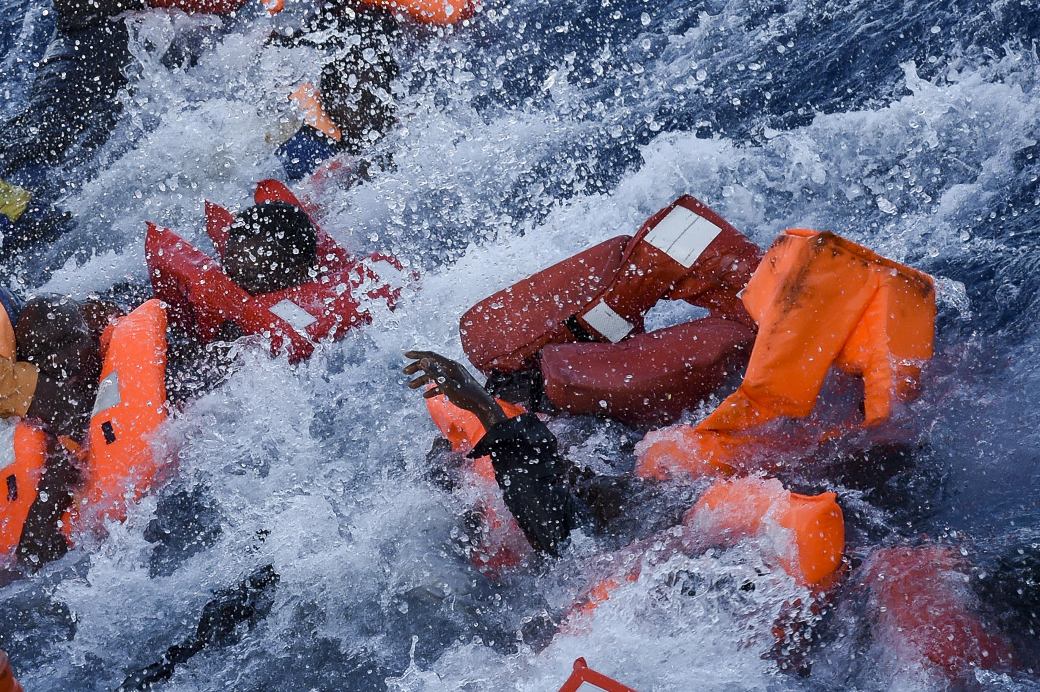 Az igazi kérdés, hogy hagyni kéne-e vízbe fulladni embereket