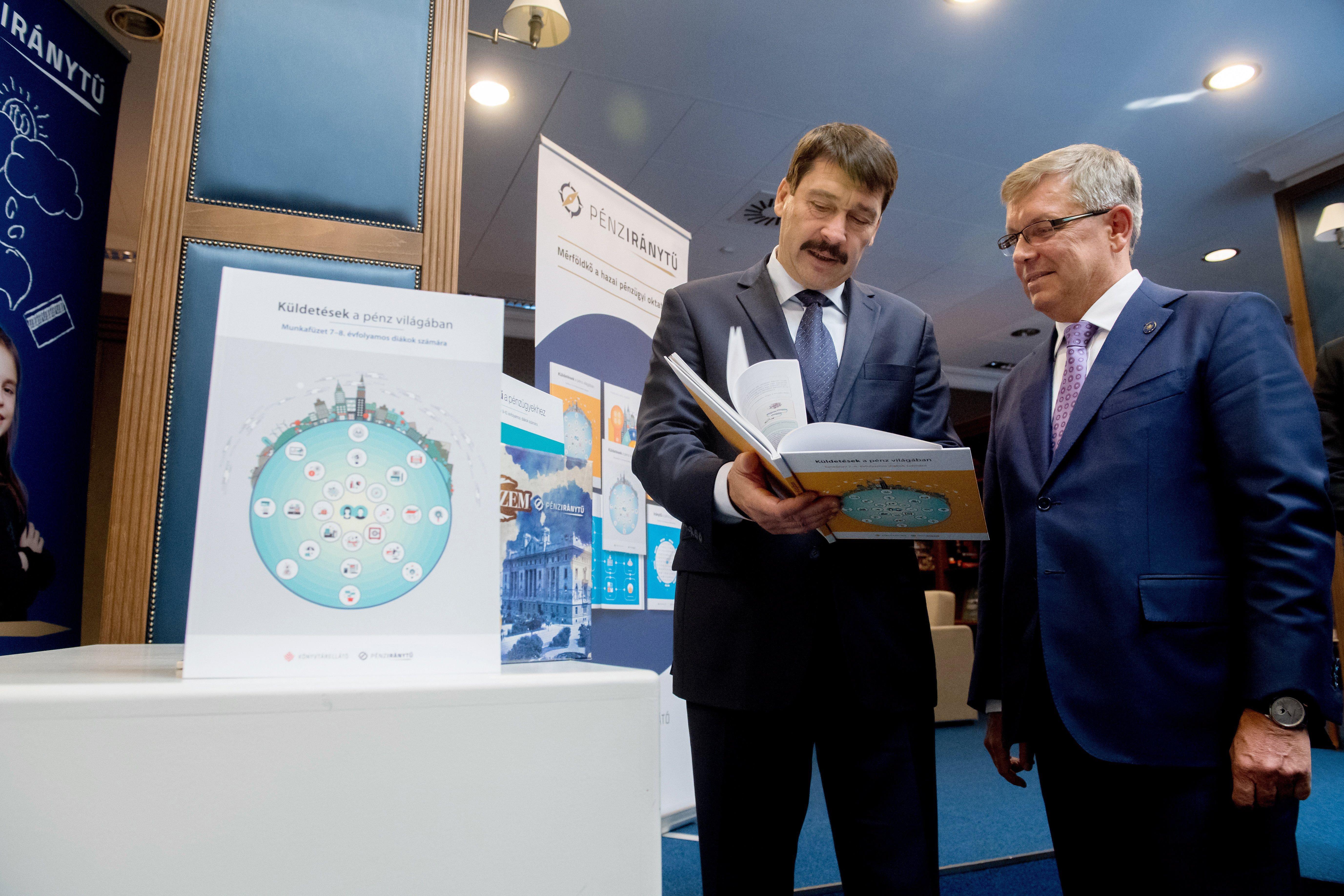 Áder János és Matolcsy György bemutatott egy tankönyvet