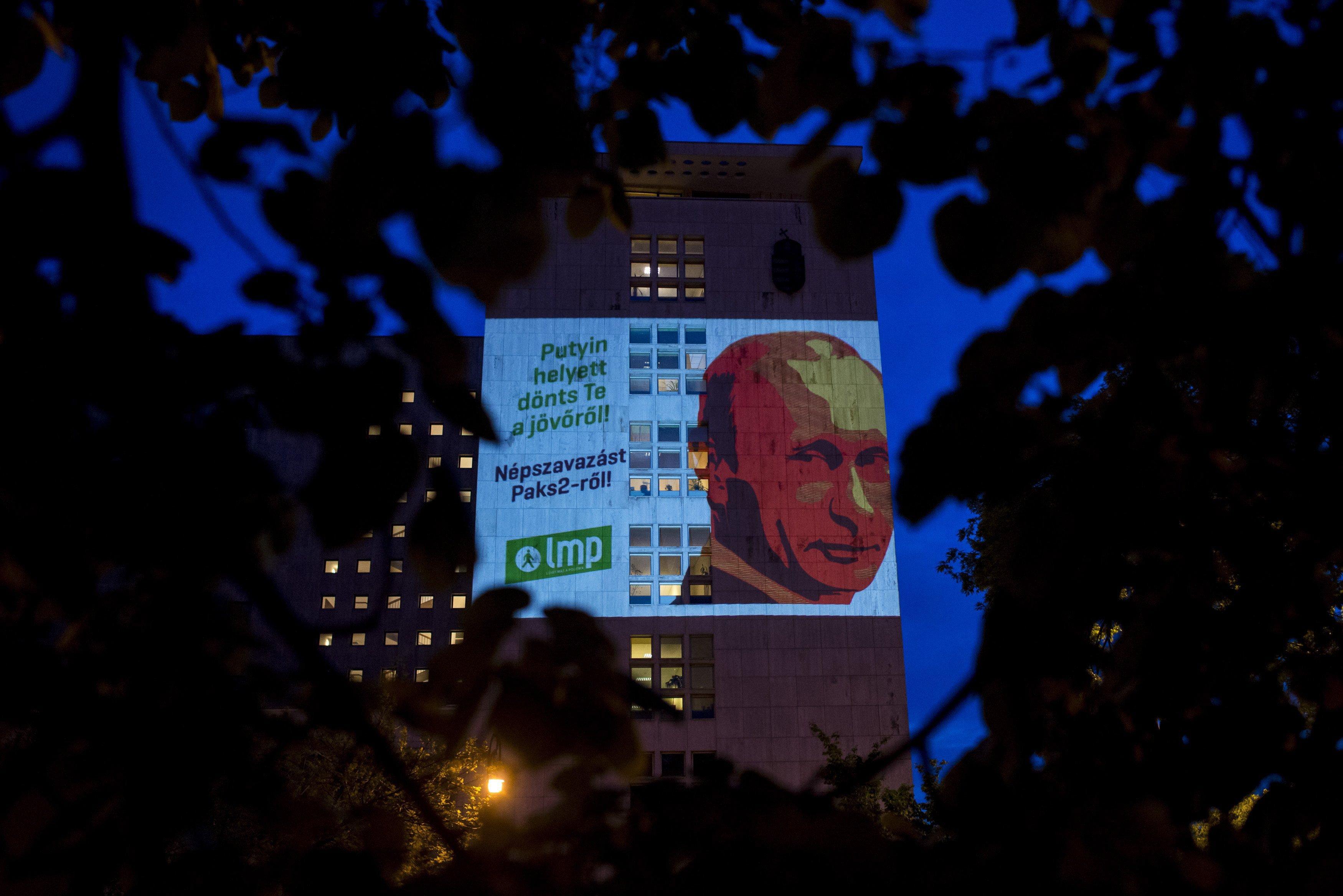 Fellőtték a Putyin-fejet a Képviselői Irodaházra