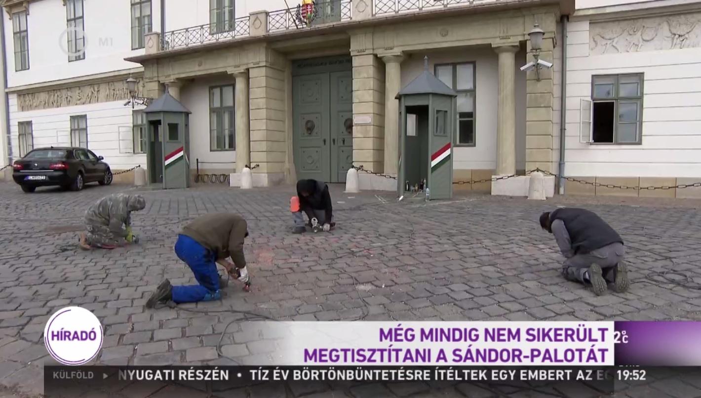 M1 Híradó: Még mindig nem jött le teljesen a festék a Sándor-palota előtti útburkolatról