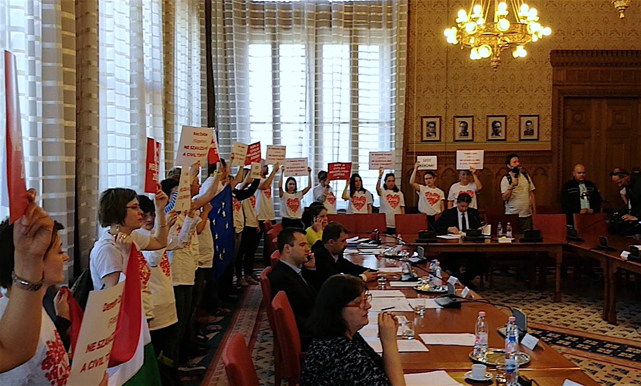 Civilek akcióznak a Parlamentben az Igazságügyi Bizottság ülésén