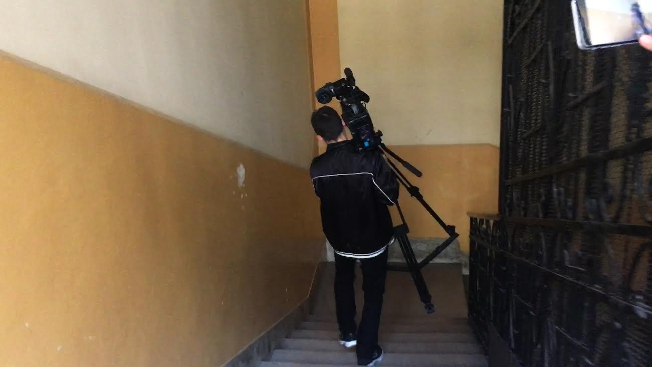 A 444 ajtaját filmezte a közmédia stábja, majd némán elmenekült