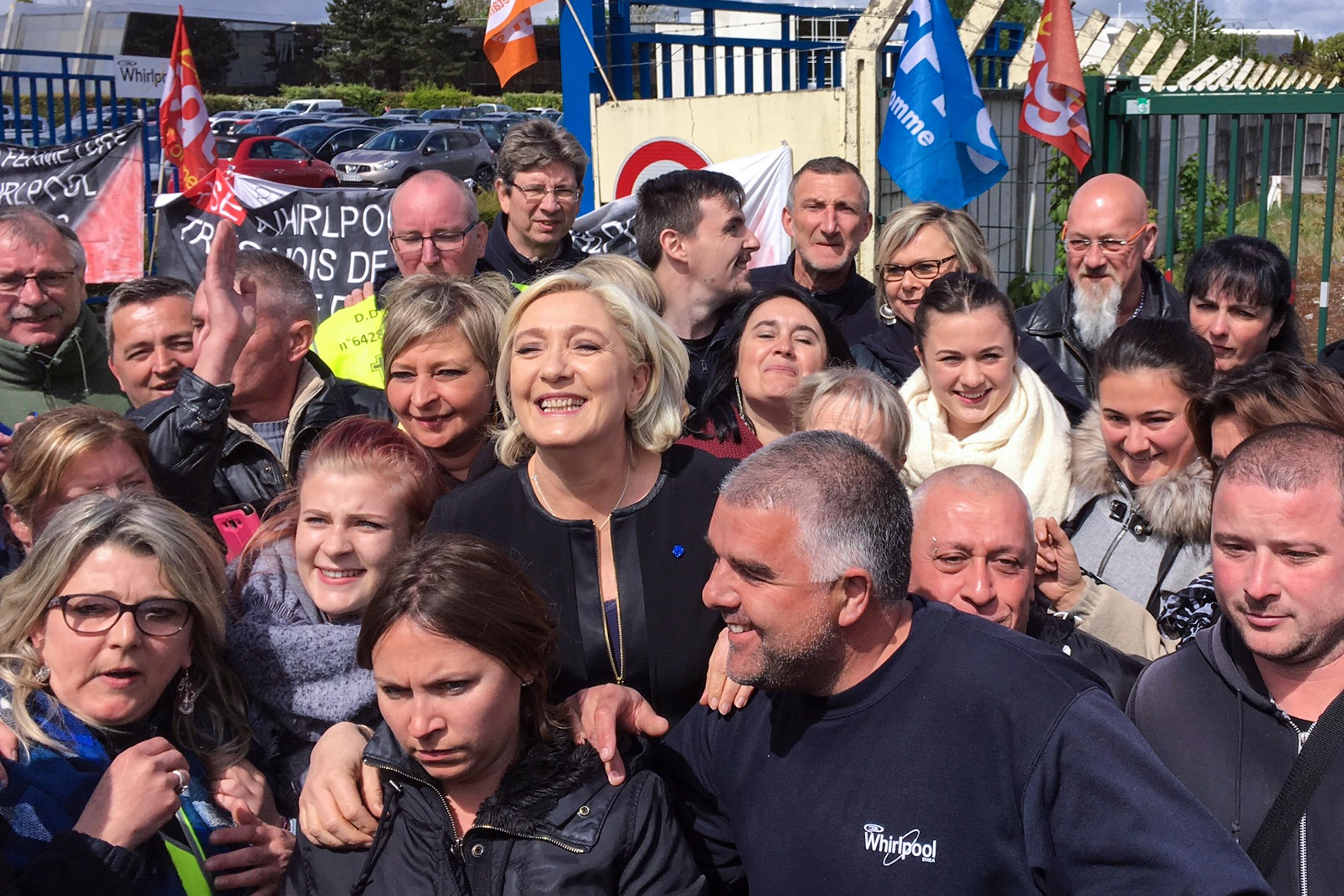 Amíg Macron a fejesekkel tárgyalt, Le Pen a gyári munkásokkal fotózkodott ugyanott
