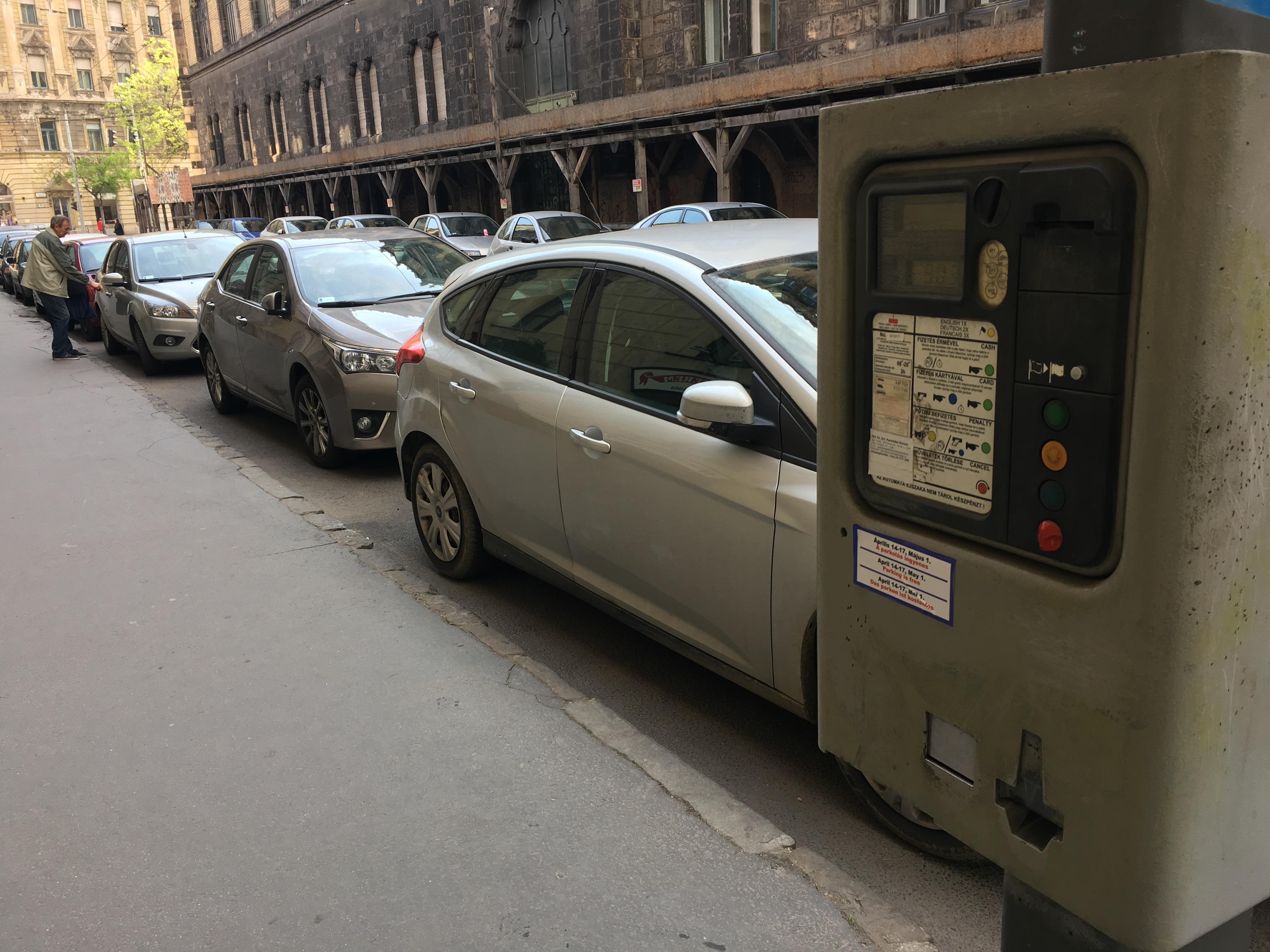 Ingyenessé tette a kormány a parkolóházak éjszakai használatát