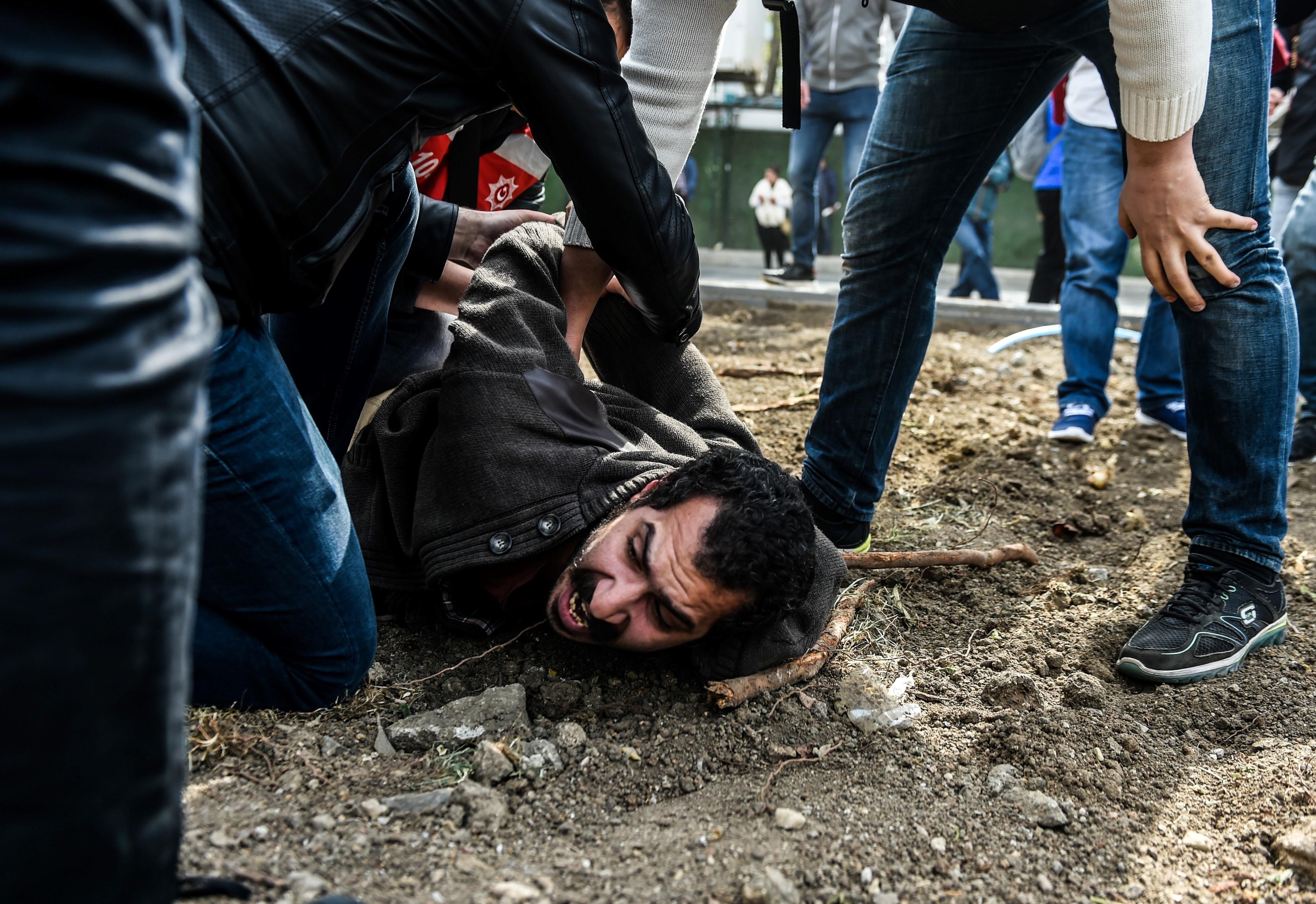 Gumilövedékkel oszlatták a tüntetőket Isztambulban