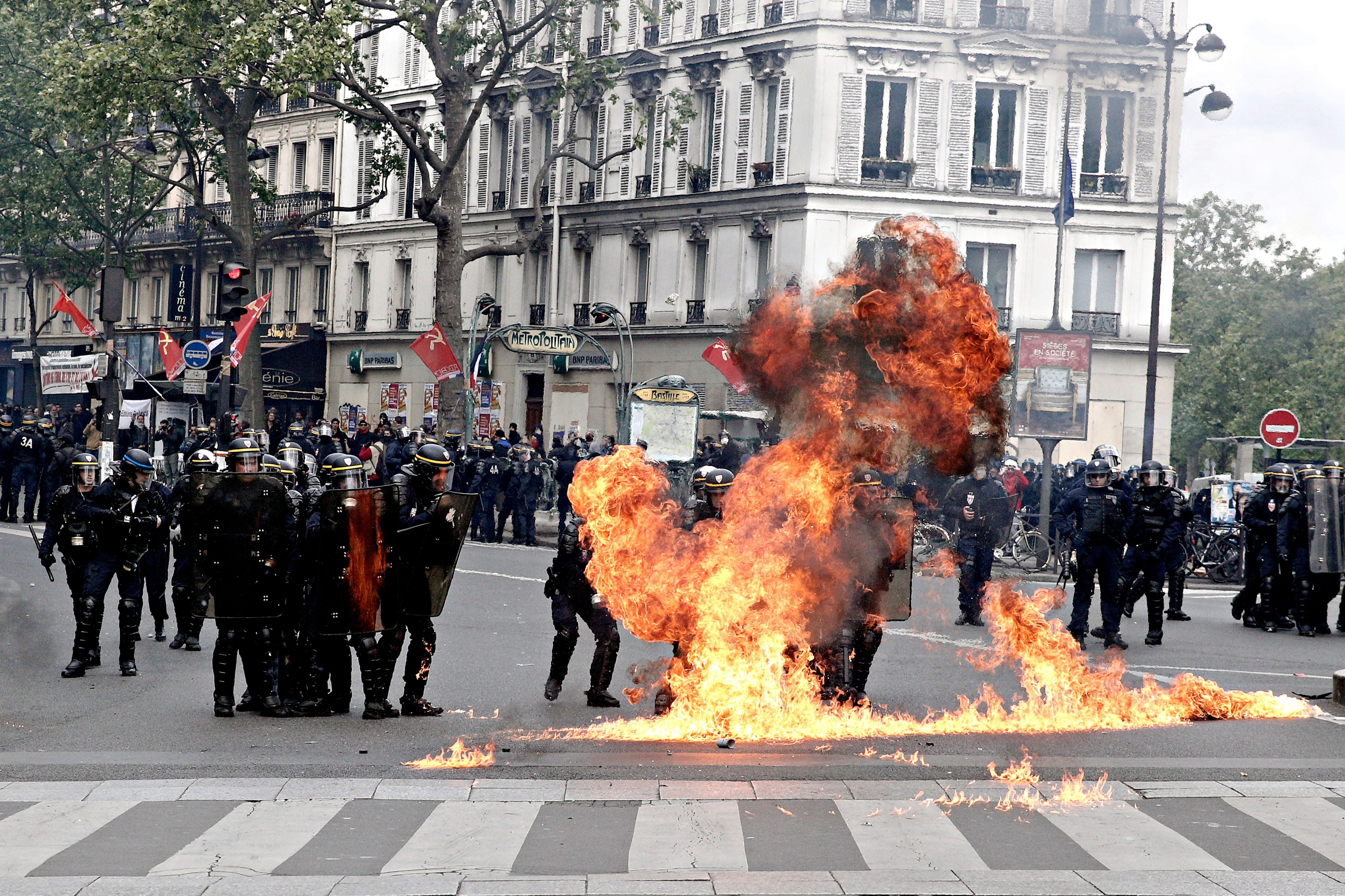 Rendőrök lángoltak Párizs utcáin