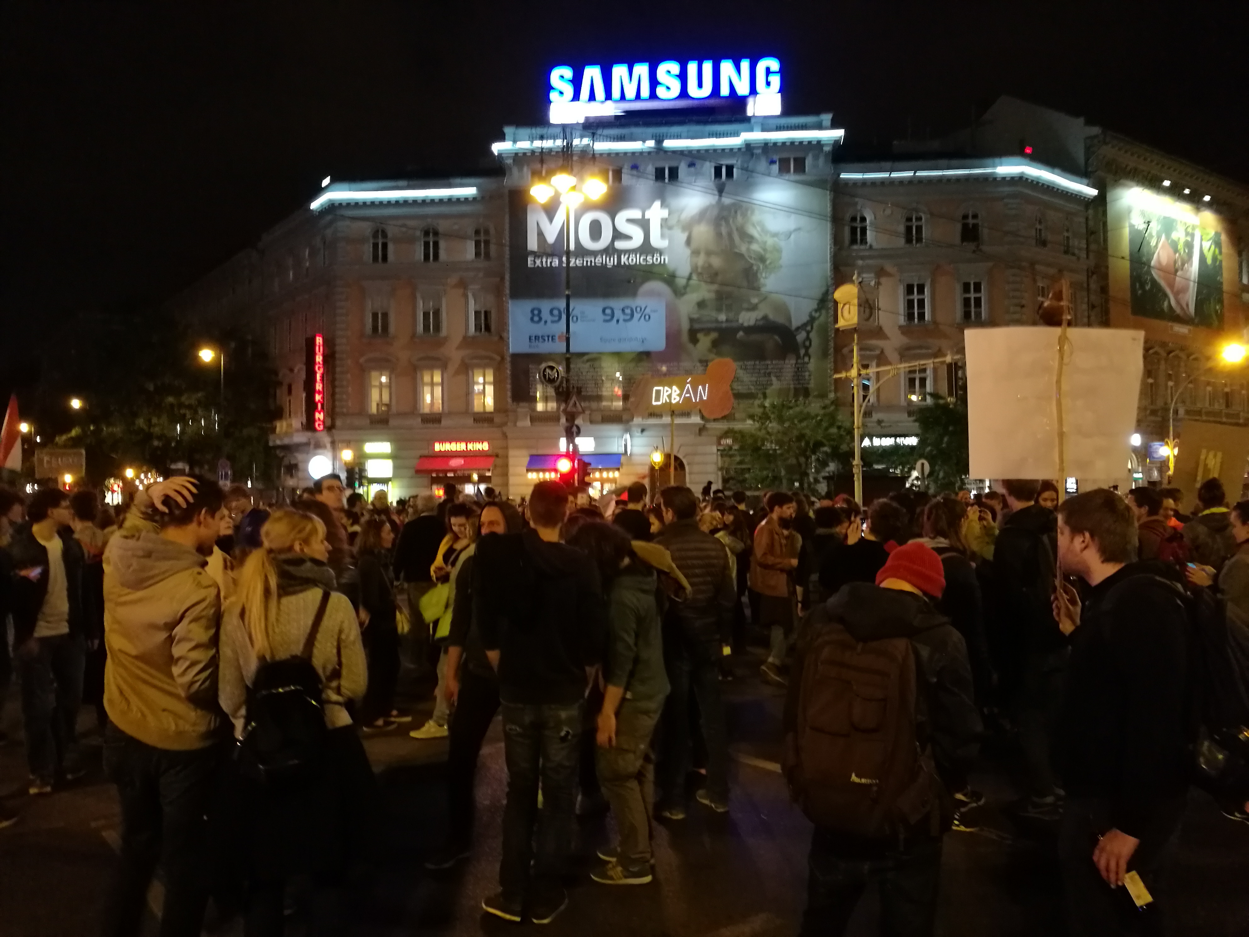 Ismét elfoglalták az Oktogont a tüntetők