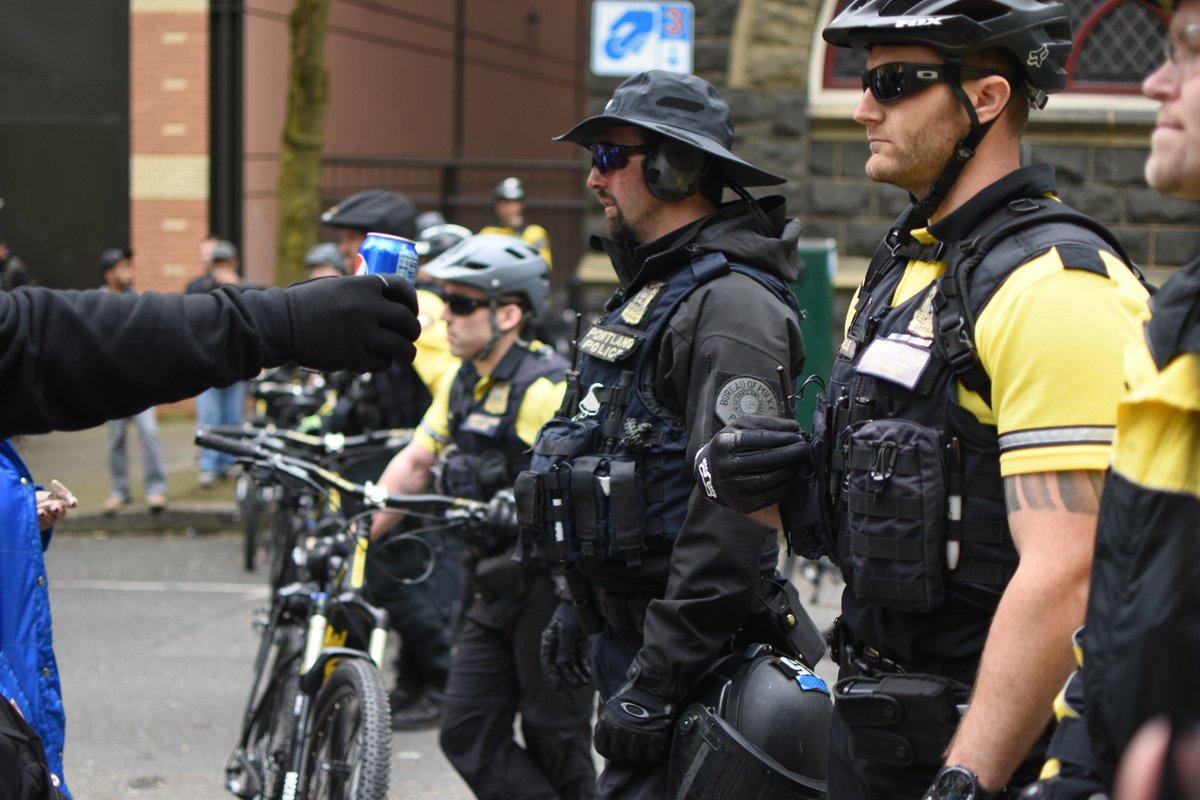 Pepsis kólásdobozzal dobálták a rendőröket egy május elsejei tüntetésen Portlandben