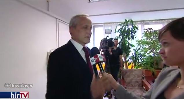A kórházellátó főigazgatója reflexből lefogta a HírTV mikrofonját