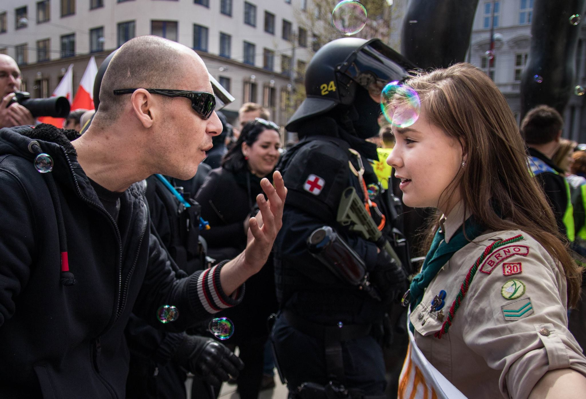 Őrült sebességgel terjed a kép, amin egy neonáci kopasz és egy cserkészlány vitatják meg Csehország jövőjét