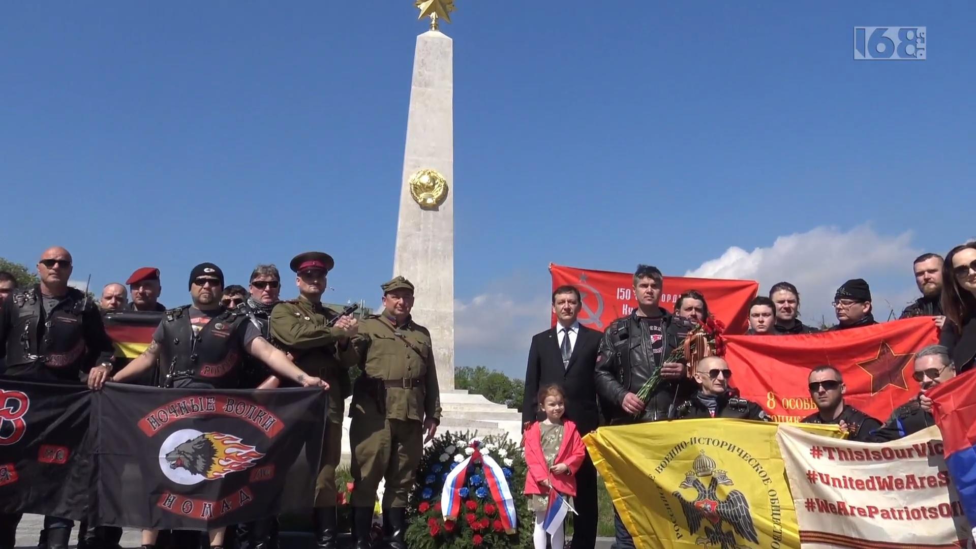 Az Éjjeli farkasok sarló-kalapácsos és vörös csillagos zászlóval koszorúztak egy budapesti szovjet emlékműnél