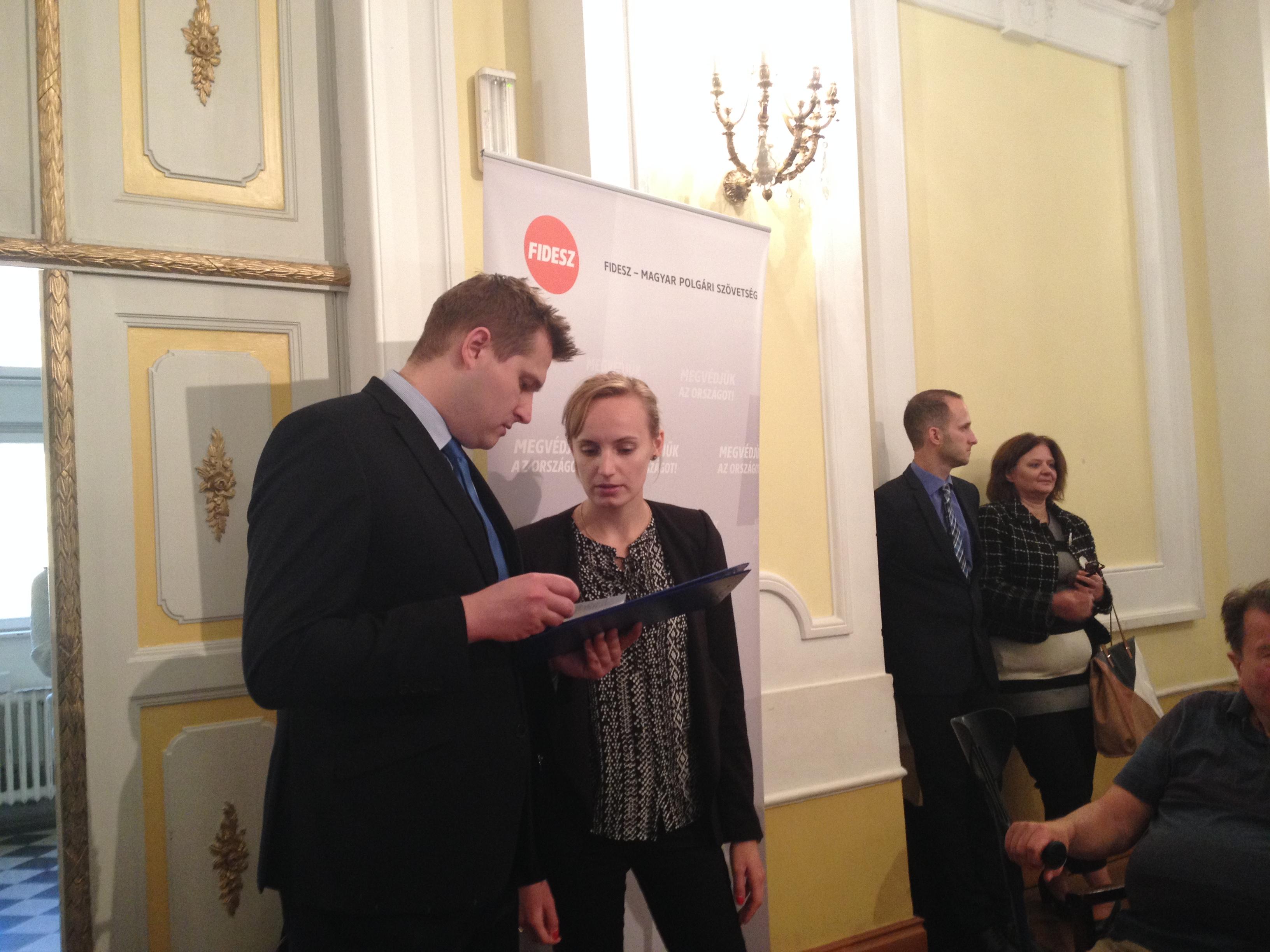 Lerángatták a lépcsőn a 444 tudósítóját, és elvették a telefonját a Fidesz konzultációs fórumán