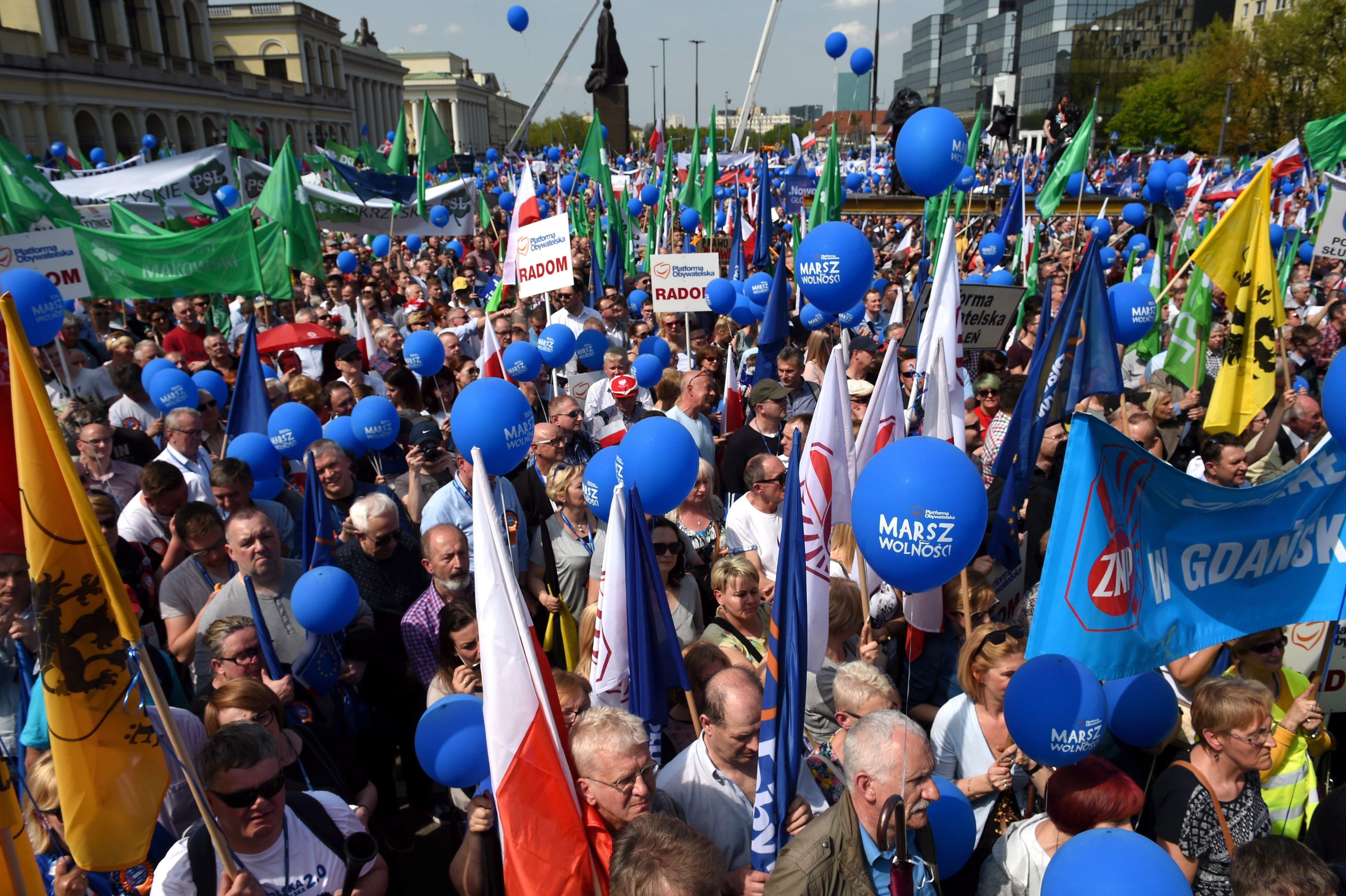 Több tízezren vettek részt a lengyel ellenzék kormányellenes tüntetésén