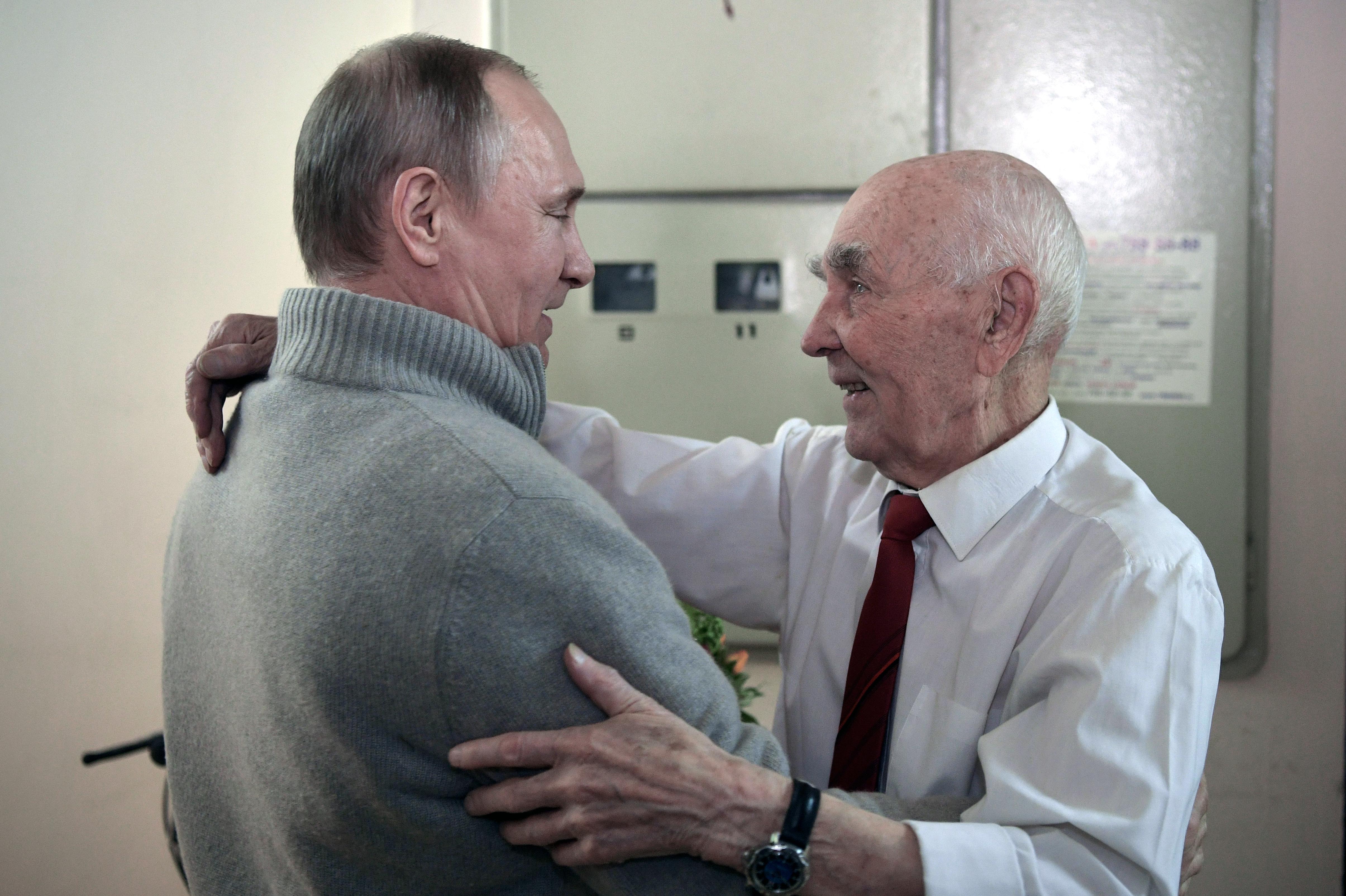 Putyin egy 1927-es Pravdával lepte meg egykori KGB-főnökét