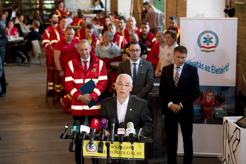 Tüntetnek a mentősök, mert kevésnek tartják a pénzt, amit Balog Zoltán beígért
