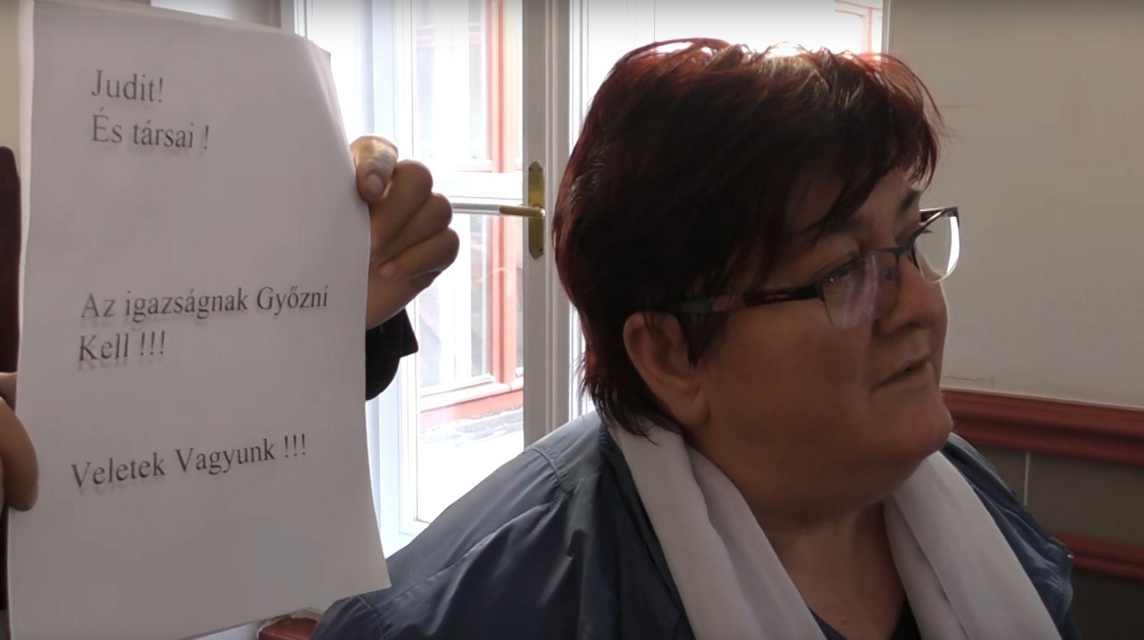 Élőlánccal tiltakoztak Szima Judit bebörtönzése ellen a veszprémi börtön előtt