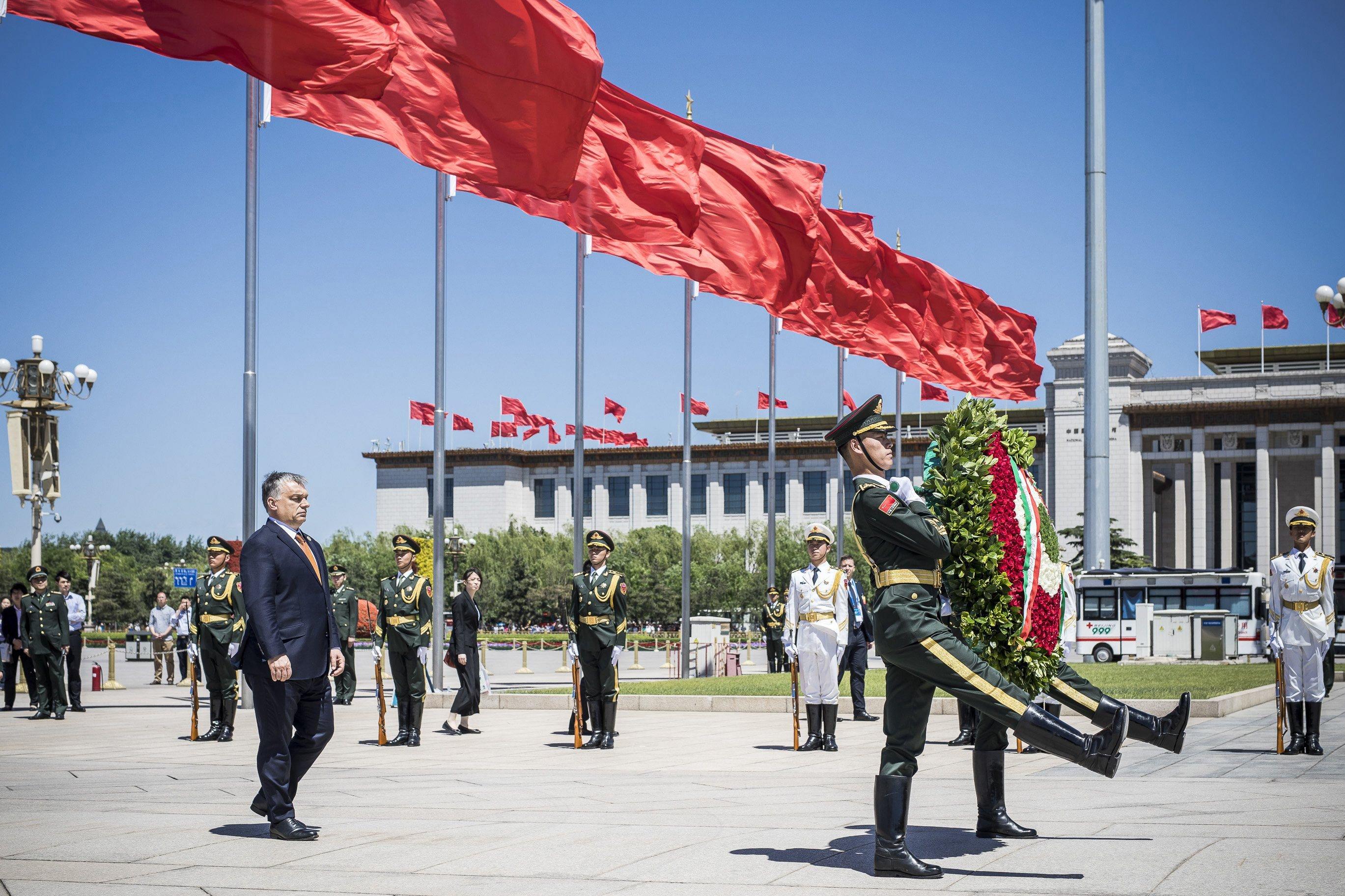 Ezt is megéltük: Orbán Viktor a Tienanmen téren koszorúzta meg a kommunisták hősi emlékművét
