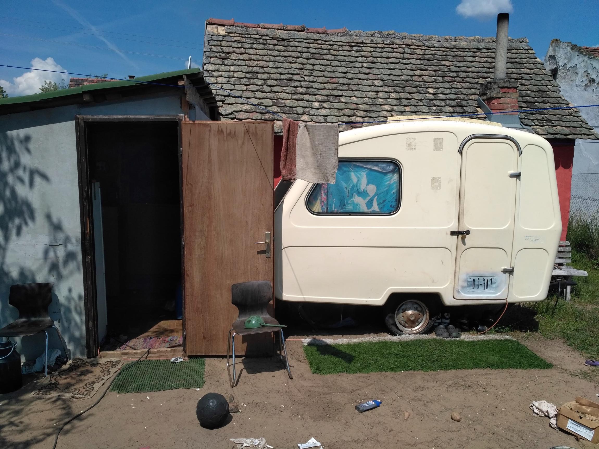 Egy kis, műfűhatású szőnyeget is tett a lopott lakókocsija elé
